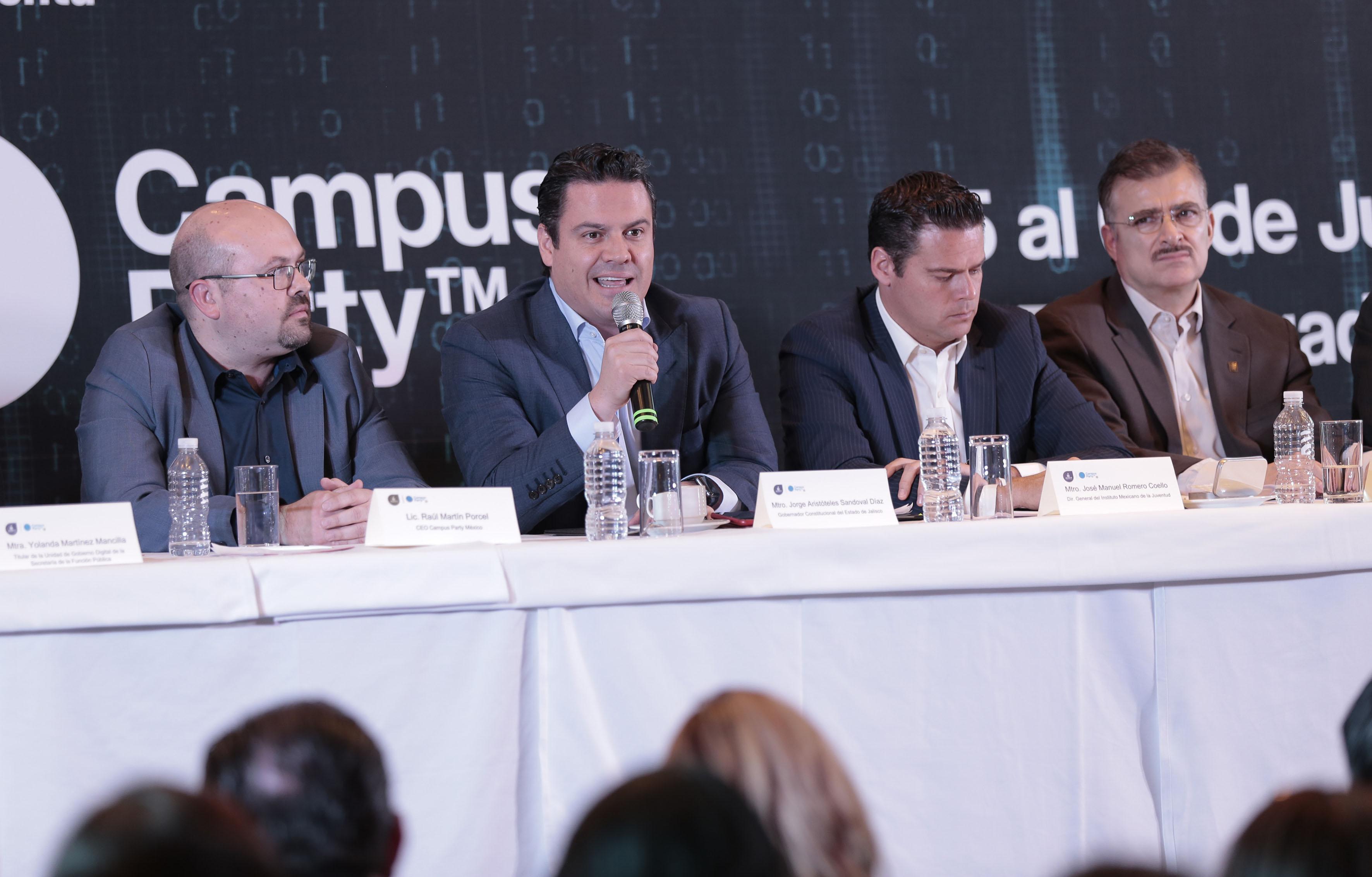 Maestro Jorge Aristóteles Sandoval Díaz, Gobernador del Estado de Jalisco, participando en rueda de prensa.