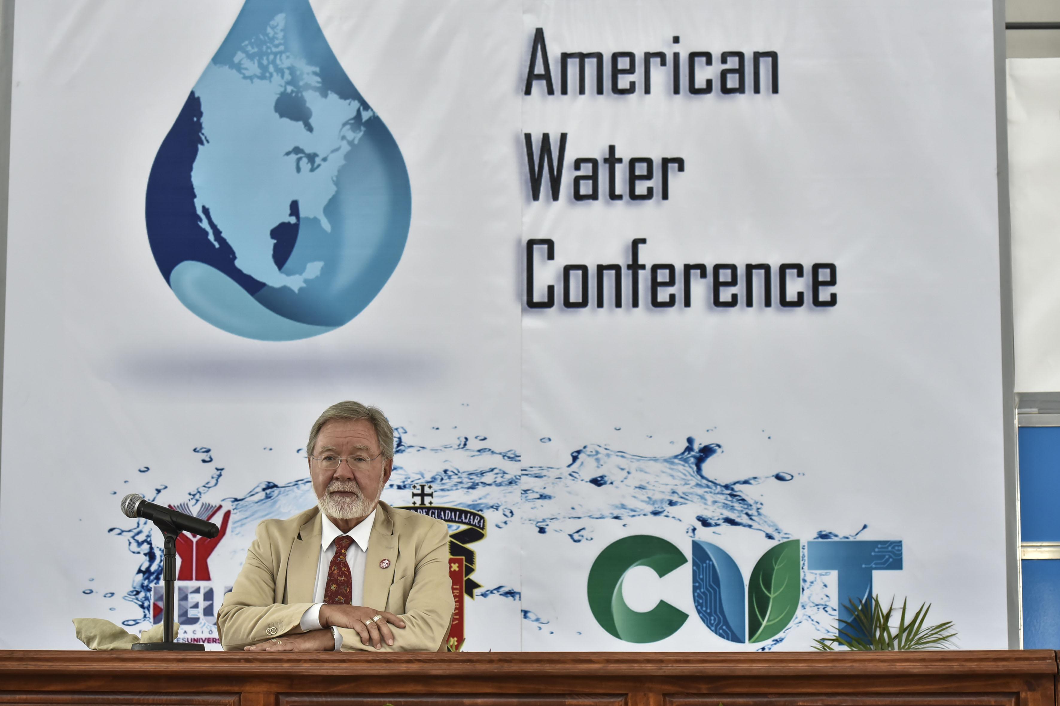 Doctor Carlos Gay García, impartiendo conferencia en el marco del North American Water Conference (NAWC).