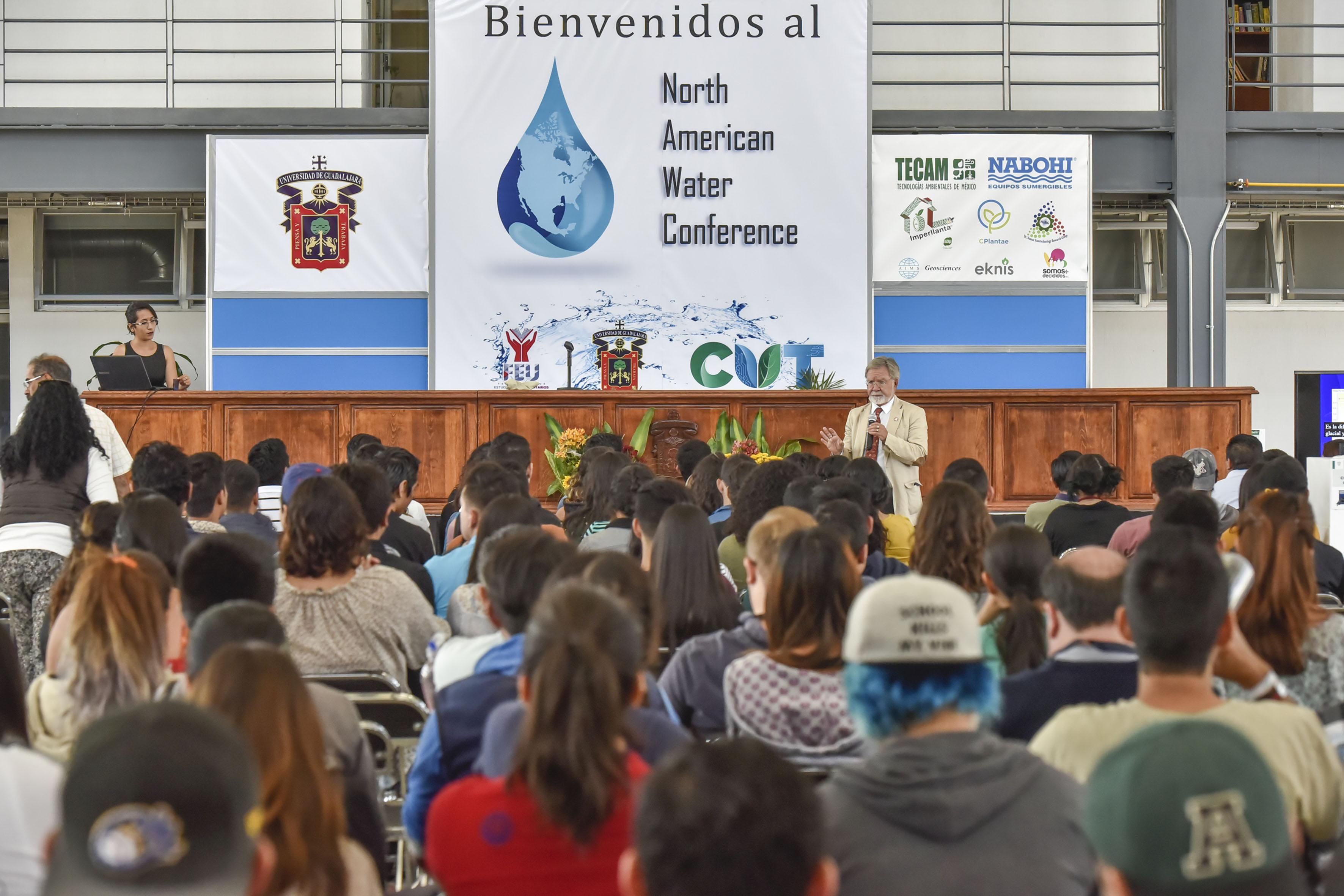 Estudiantes del Centro Universitario de Tonalá (CUTonalá), asistentes a la conferencia.
