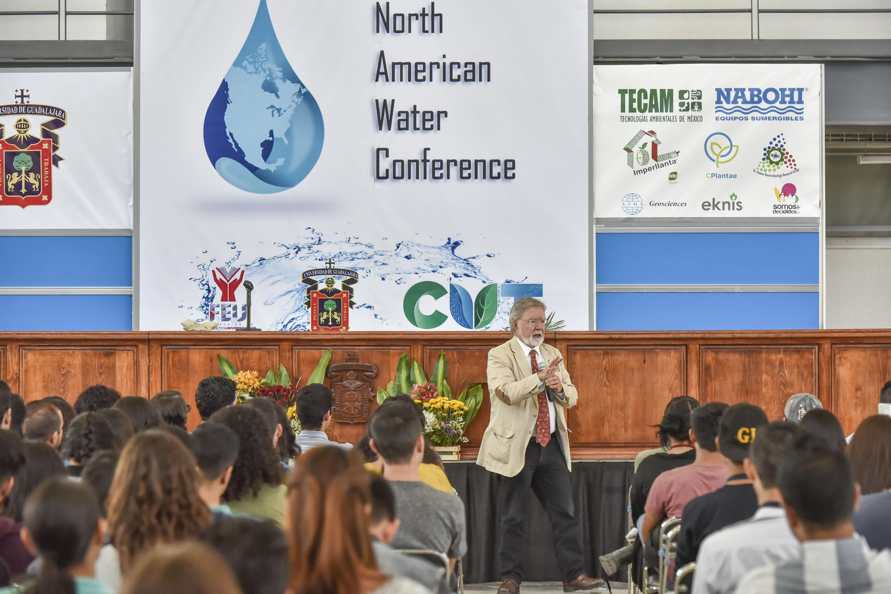 Doctor Carlos Gay García, coordinador del Programa de Investigación en Cambio Climático de la UNAM, impartiendo conferencia.