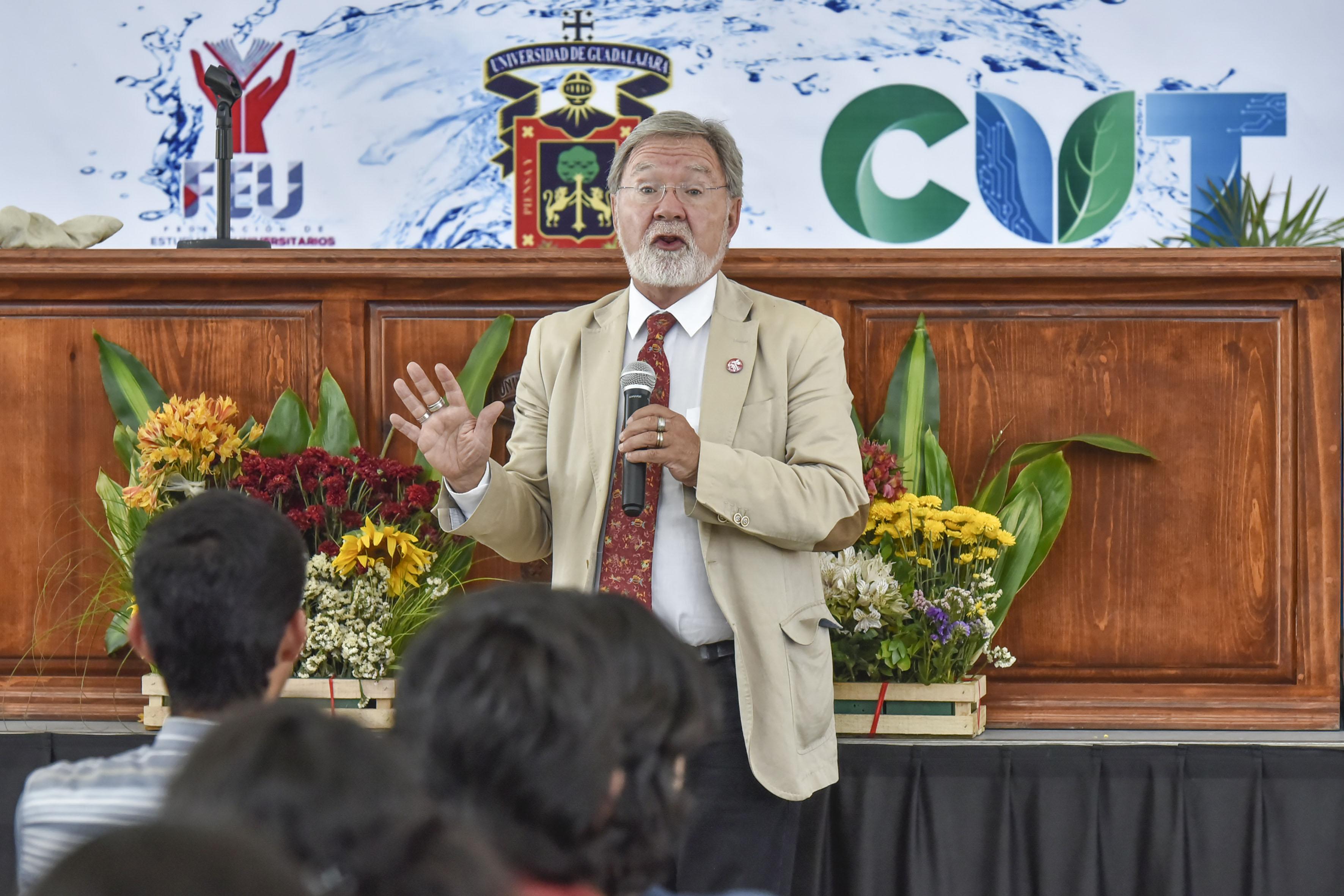 Doctor Carlos Gay García, coordinador del Programa de Investigación en Cambio Climático de la UNAM, frente al micrófono, haciendo uso de la voz.