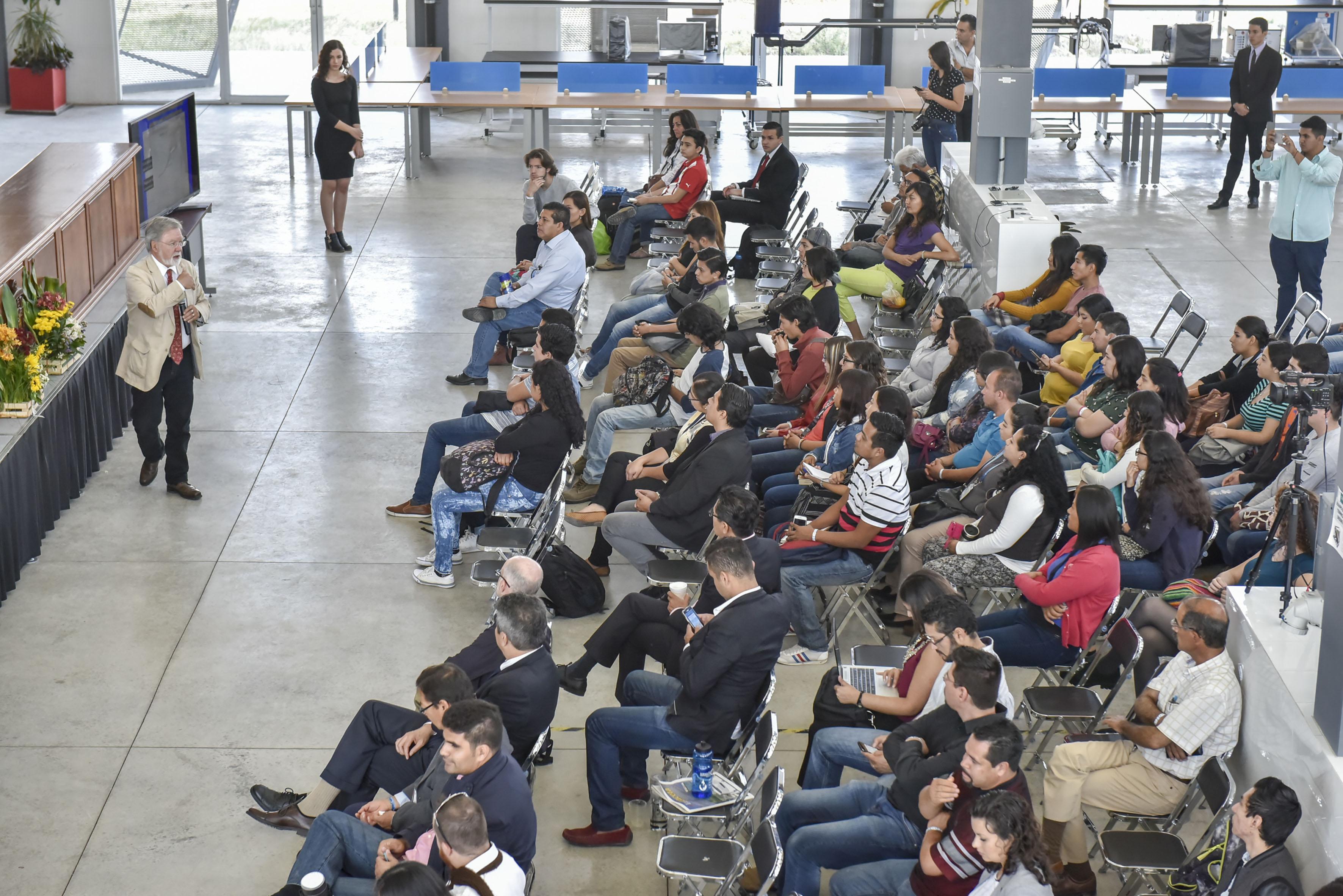 """Vista panorámica del público asistente a la conferencia """"Agua y Cambio Climatico"""", realizada en las instalaciones del Centro Universitario de Tonalá (CUTonalá)."""
