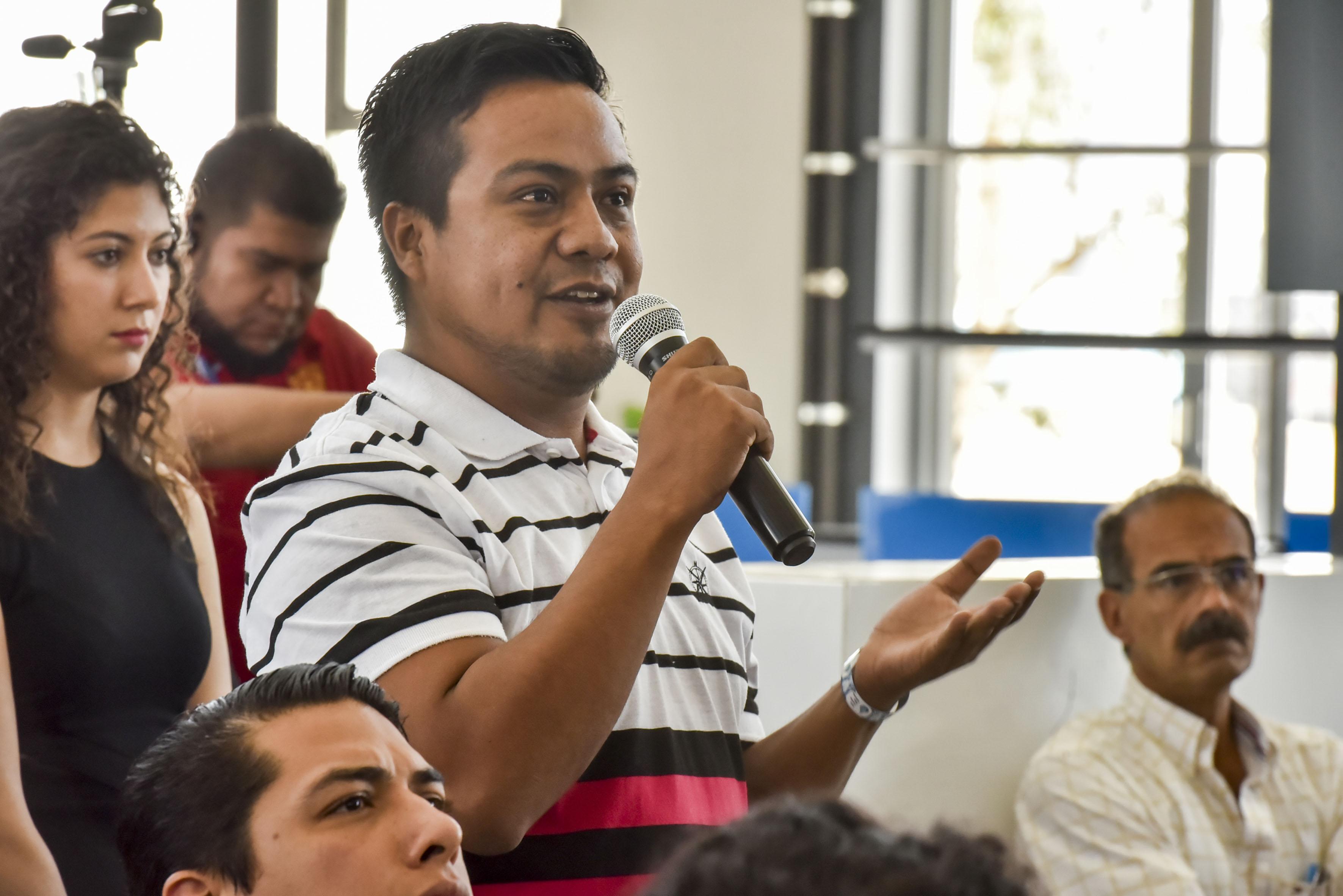 Asistente a la conferencia, participando en la sesión de preguntas y respuestas.
