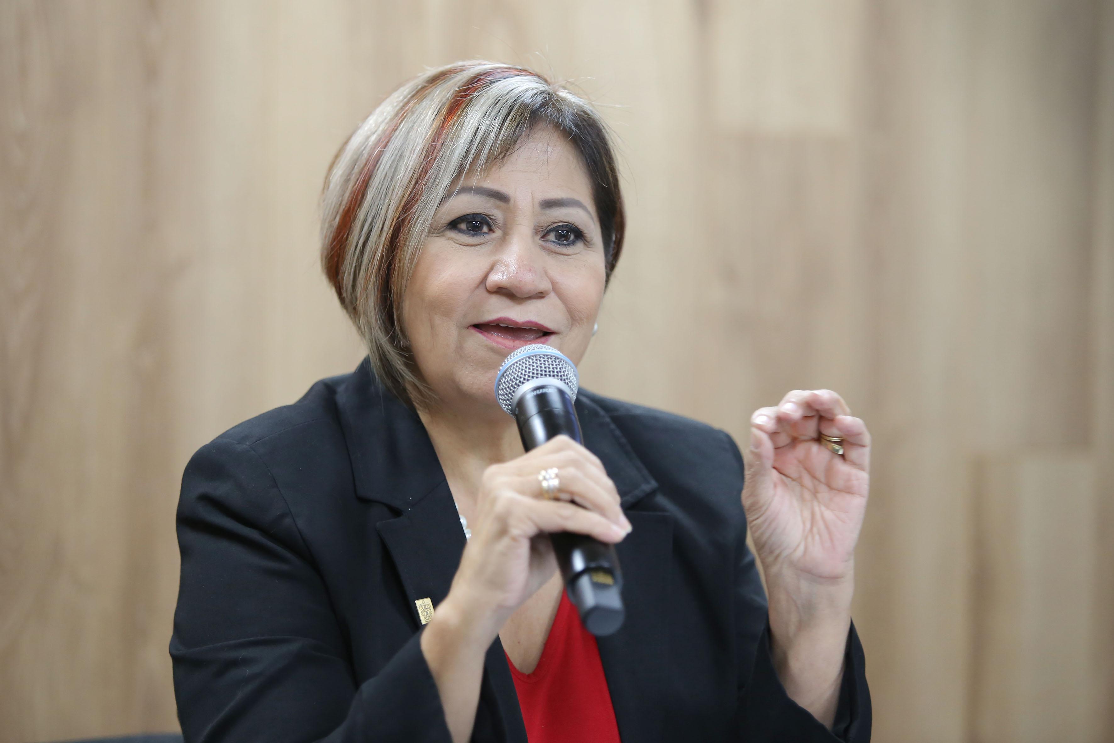 Maestra Rosa Eugenia Velasco Briones, titular de la Coordinación de Vinculación de Servicio Social (CVSS), participando en rueda de prensa.