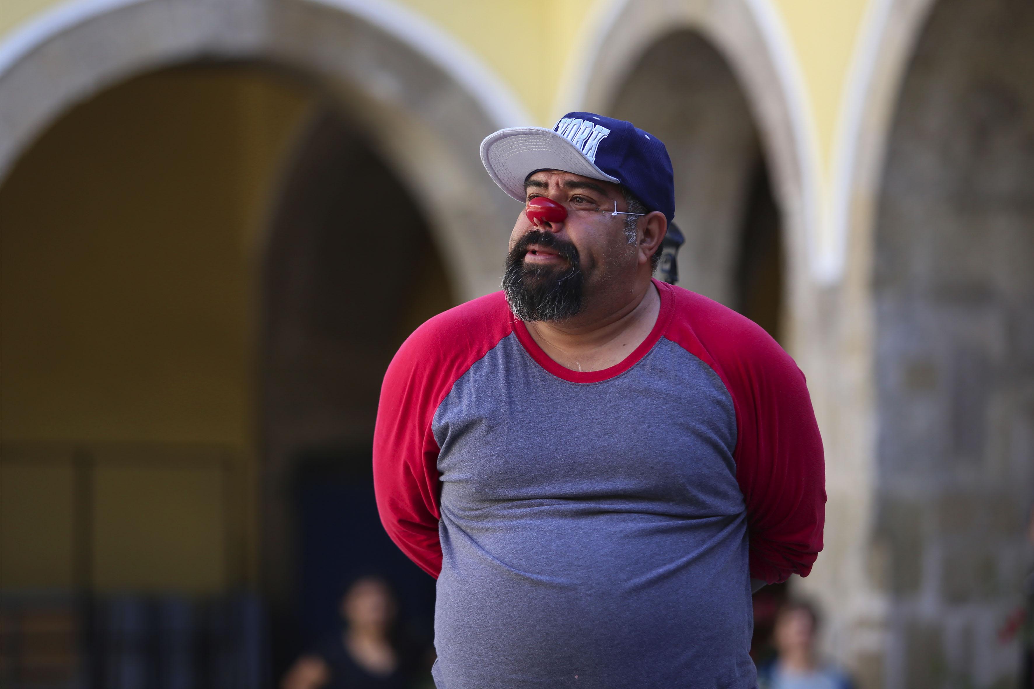 Profesor Rafael Rosas, con una naríz roja, para la caracterización de un clown.