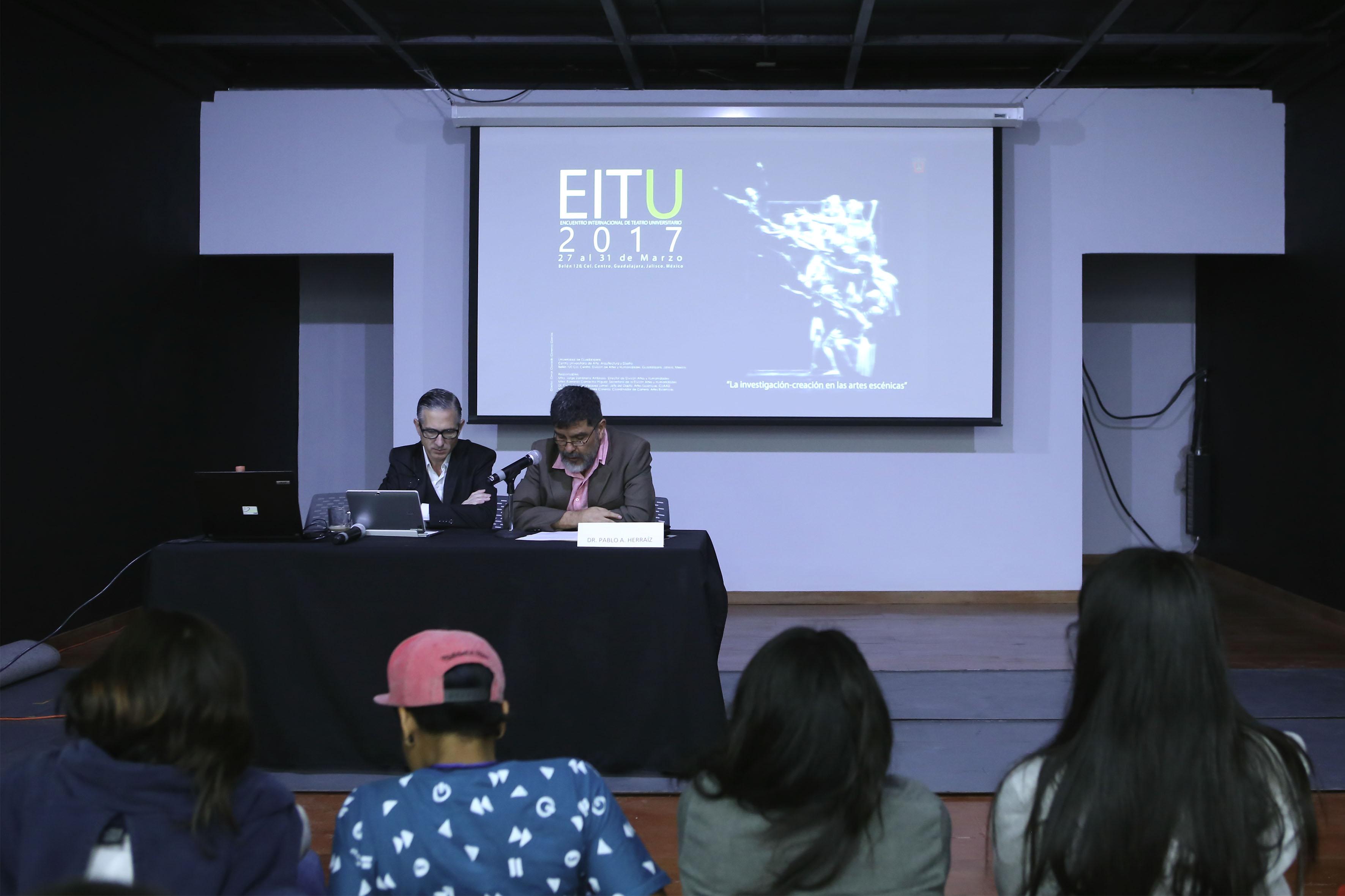 Doctor Carlos Vázquez Lomelí, jefe del Departamento de Artes Escénicas, presentando a conferencista.