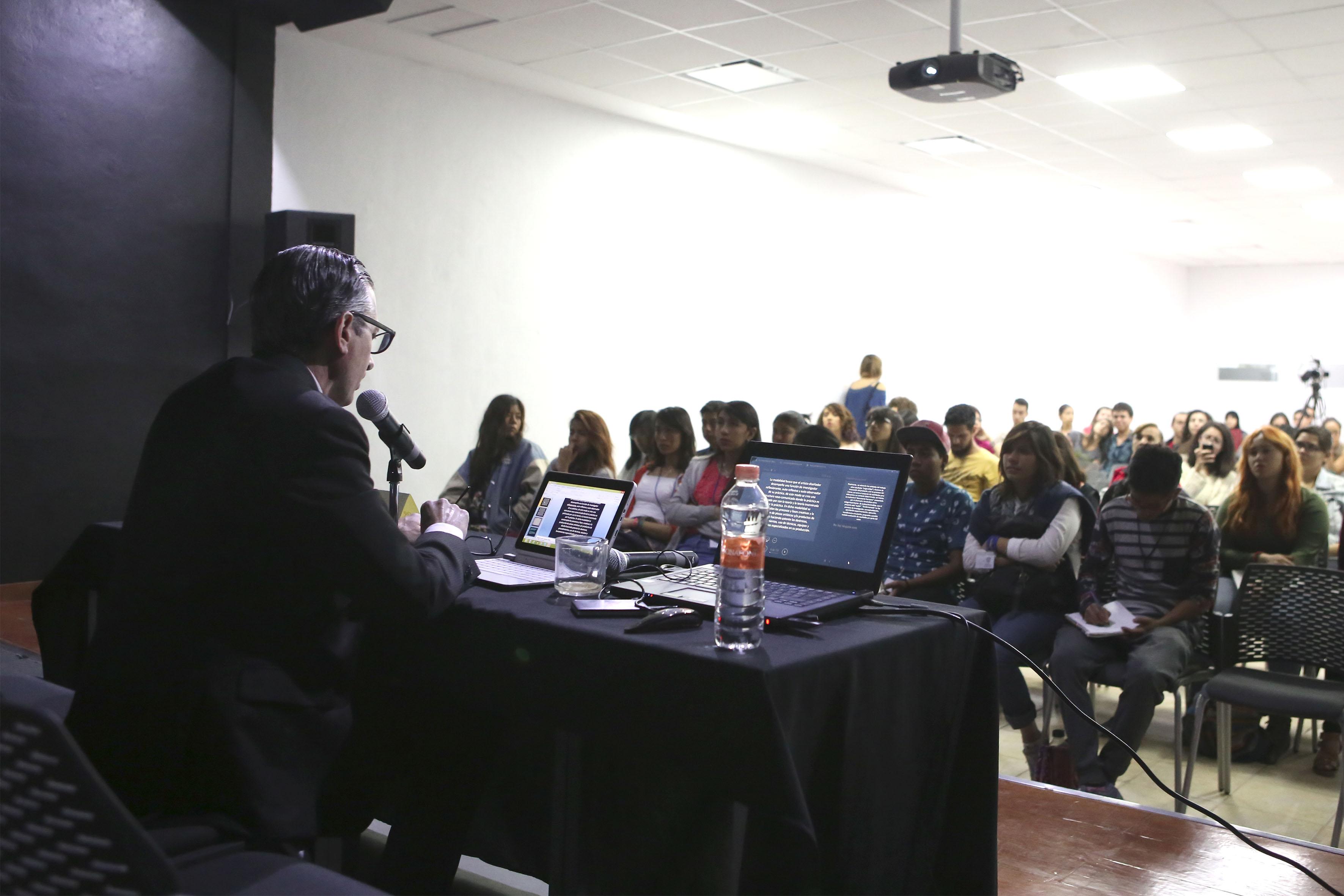 """Doctor Pablo Alonso Herráiz, productor español de artes escénicas; impartiendo su conferencia inaugural """"Investigación en arte. El rizo metódico""""."""
