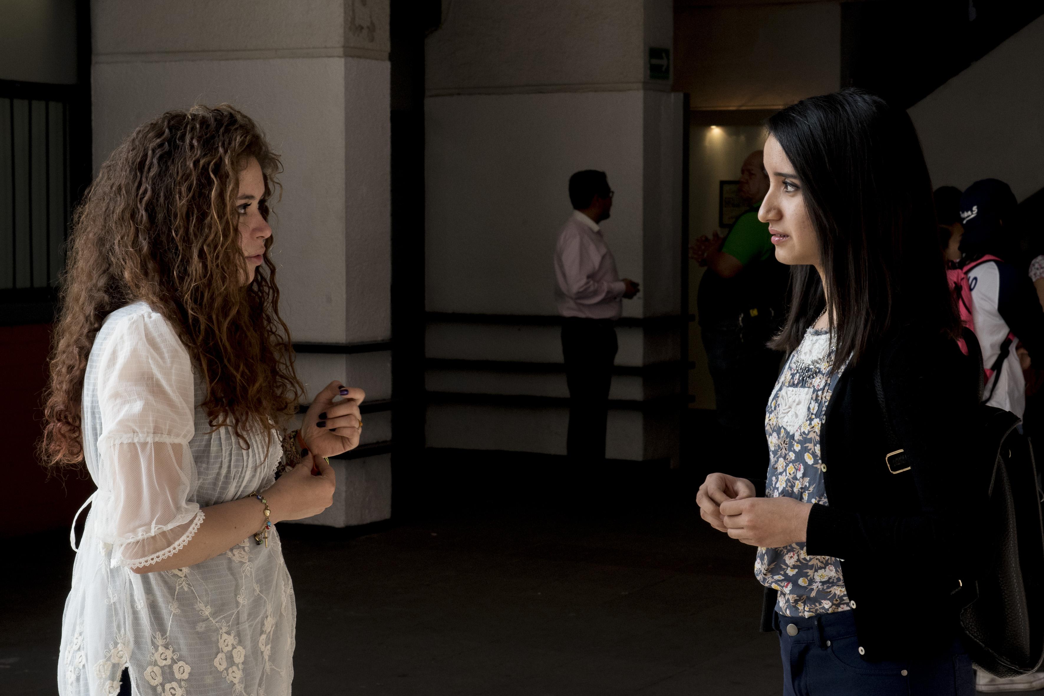 Luisa Eleanor Velázquez Carrasco, estudiante de sexto semestre y Karen Elizabeth Conde Romero, estudiante del quinto grado, ganadoras del primer  y  tercer lugar; en la categoría Lengua Extranjera.