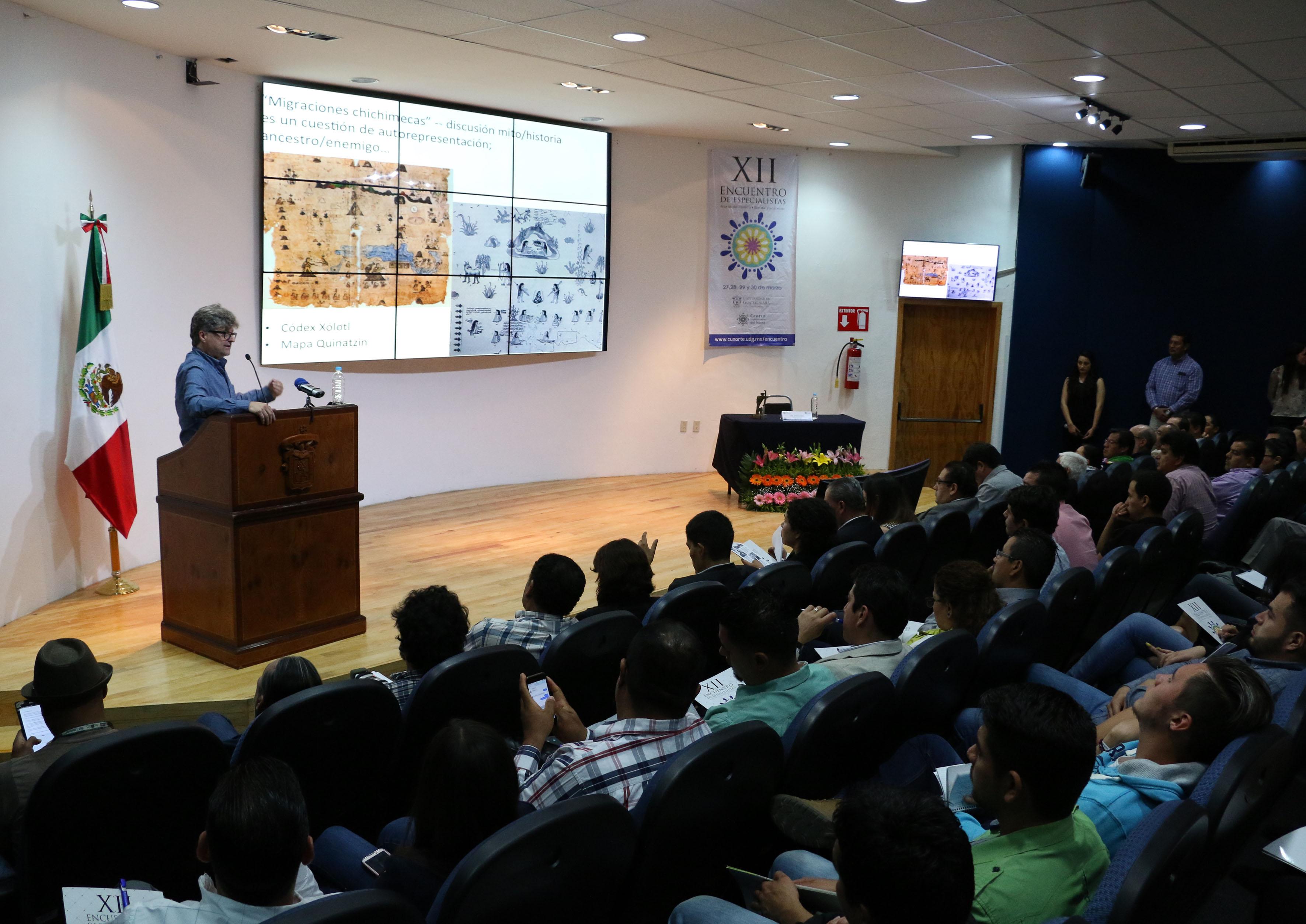 Doctor Johannes Neurath, profesor investigador, impartiendo conferencia magistral, en el marco del XII Encuentro de Especialistas de la Región Norte de Jalisco y Sur de Zacatecas.
