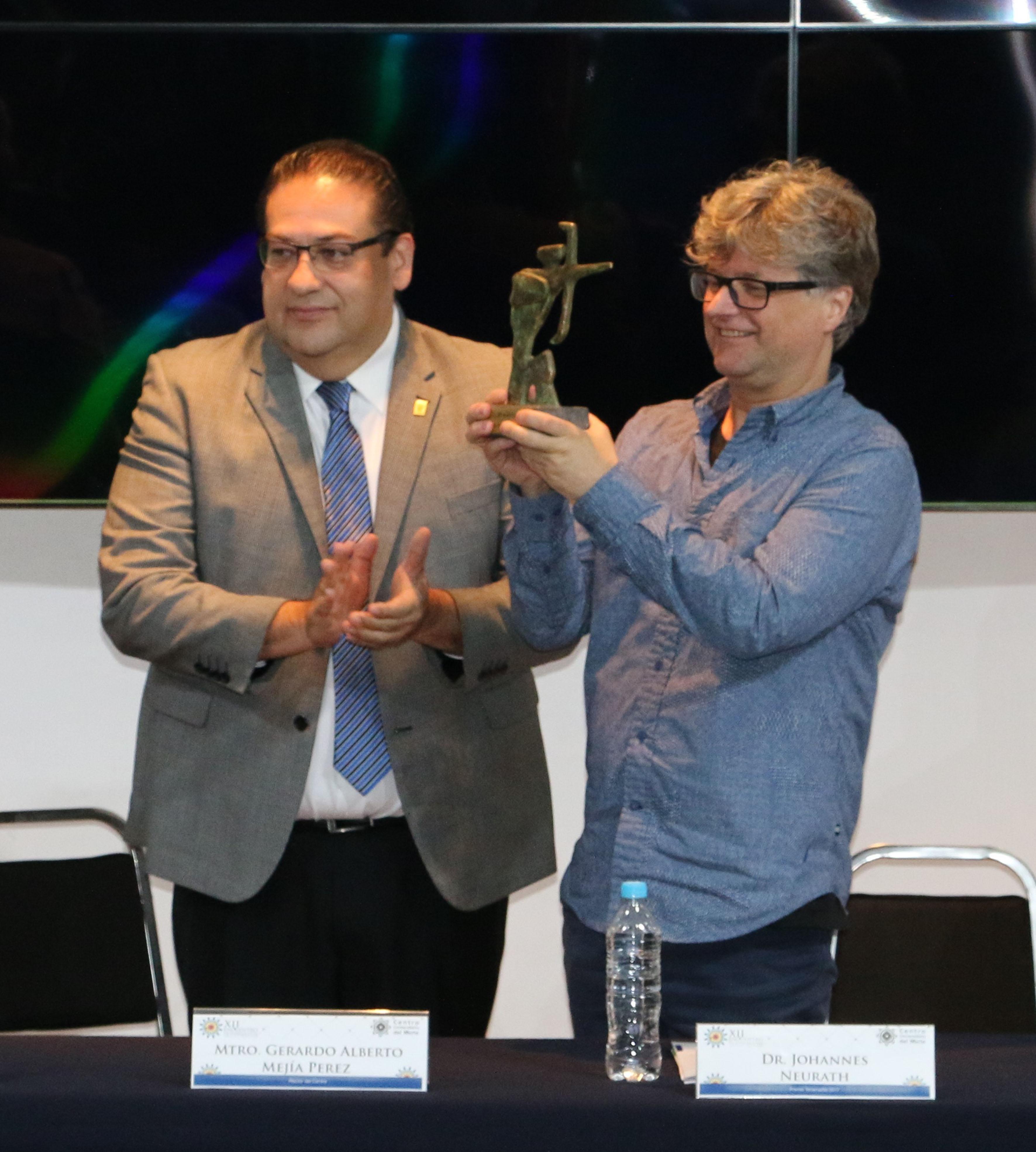 Maestro Gerardo Alberto Mejía Pérez, Rector del Centro Universitario del Norte (CUNorte), entregando el décimo primer Premio Tenamaztle, al doctor Johannes Neurath.