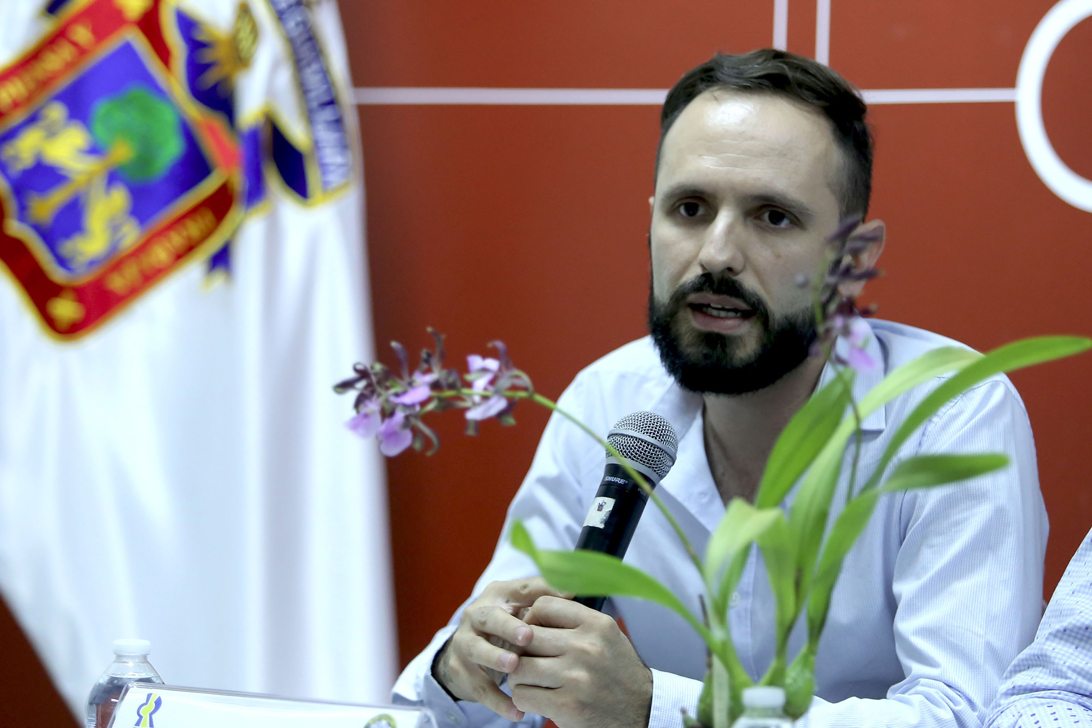 Mtro. Pablo Álvarez Tostado, con micrófono en mano, haciendo uso de la palabra.
