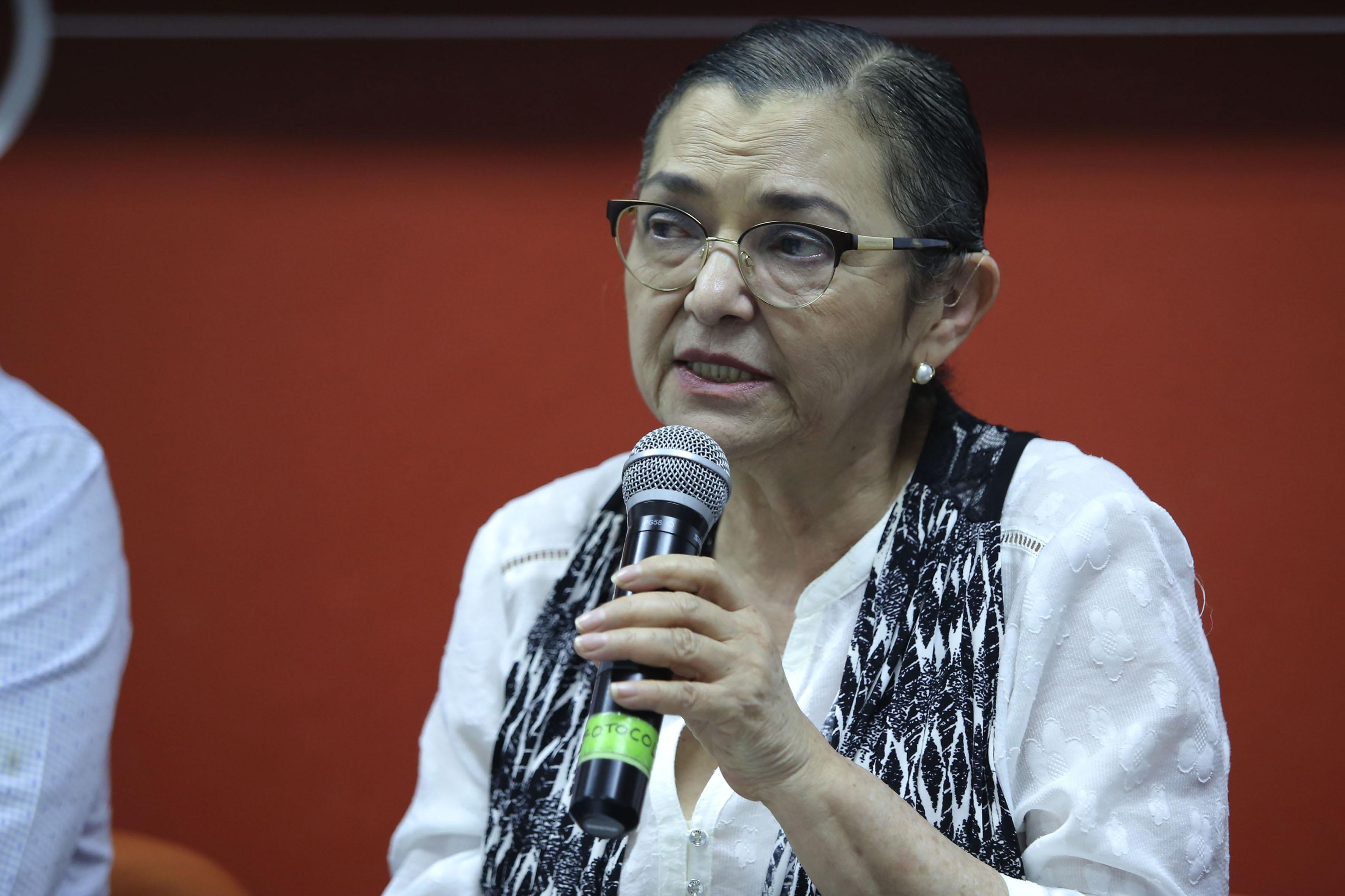 Rectora del CUCEI, doctora Ruth Padilla Muñoz, con micrófono en mano, haciendo uso de la palabra.