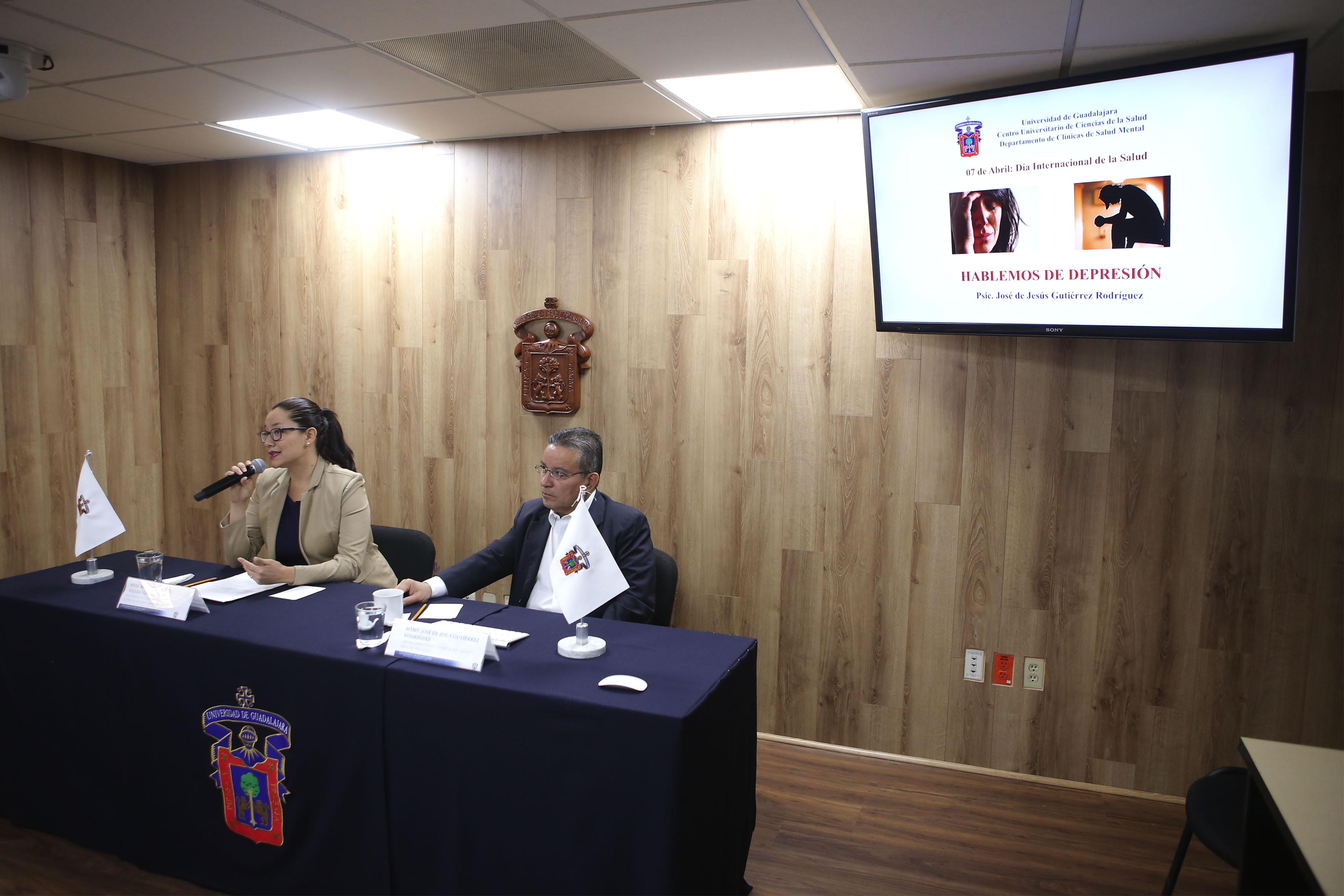 Maestra María Guadalupe Valerio Gómez, académica del Departamento de Clínicas de Salud Mental del Centro Universitario de Ciencias de la Salud, haciendo uso de la palabra en rueda de prensa.