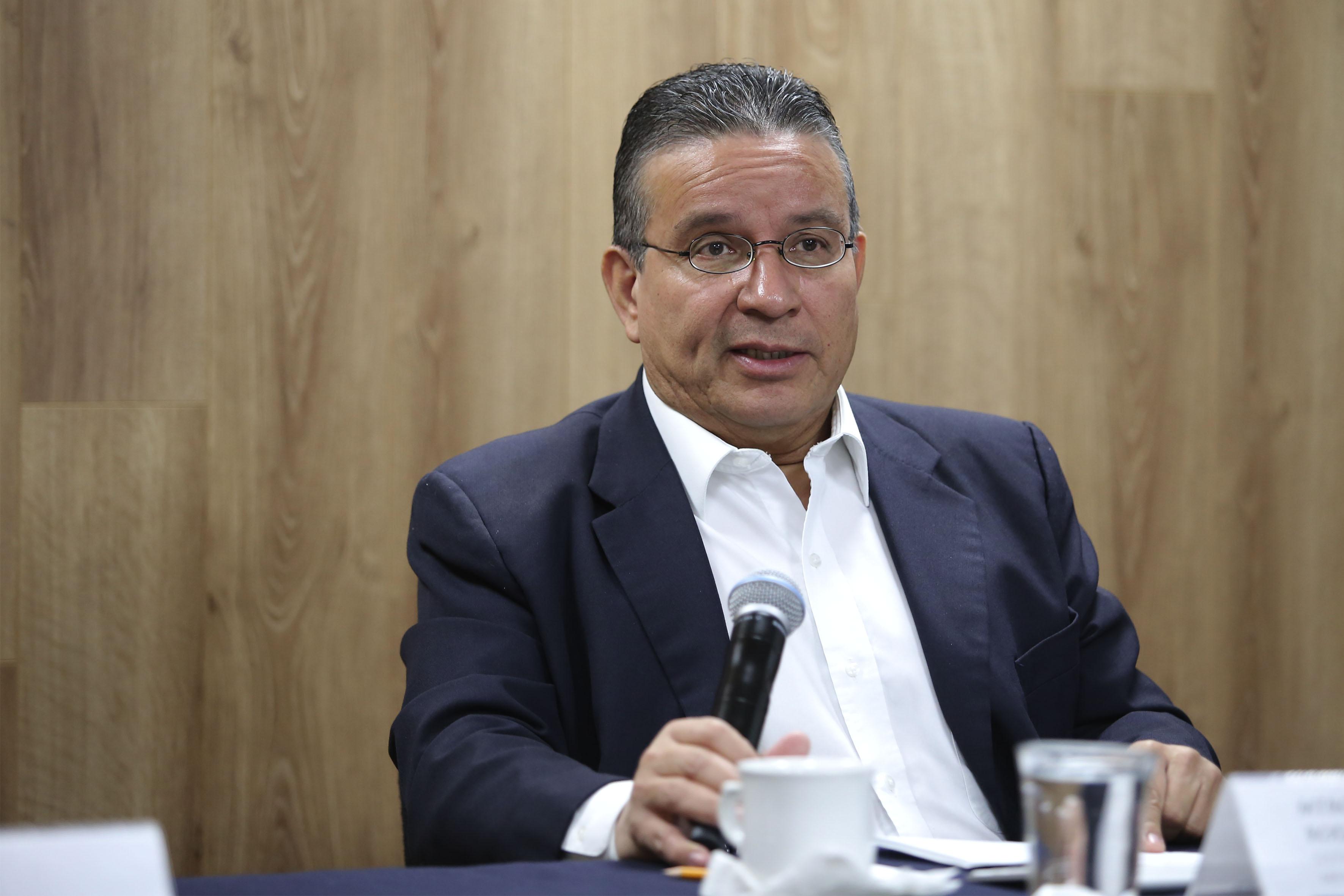 Maestro José de Jesús Gutiérrez Rodríguez, coordinador de Extensión y Vinculación del Departamento de Clínicas de Salud Mental del Centro Universitario de Ciencias de la Salud, con micrófono en mano, haciendo uso de la palabra.