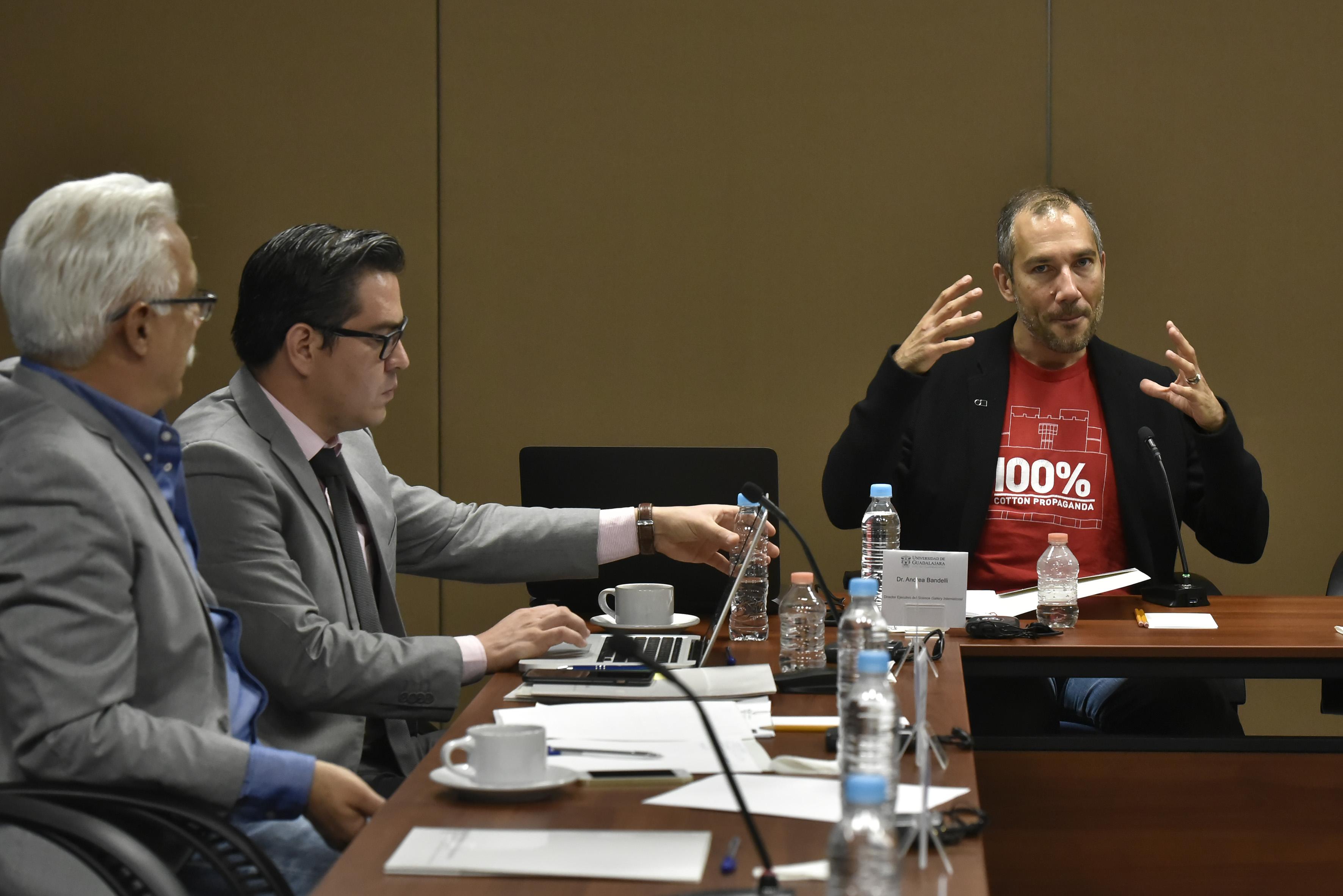 Andrea Bandelli, director de Science Gallery International, participando en la reunión.