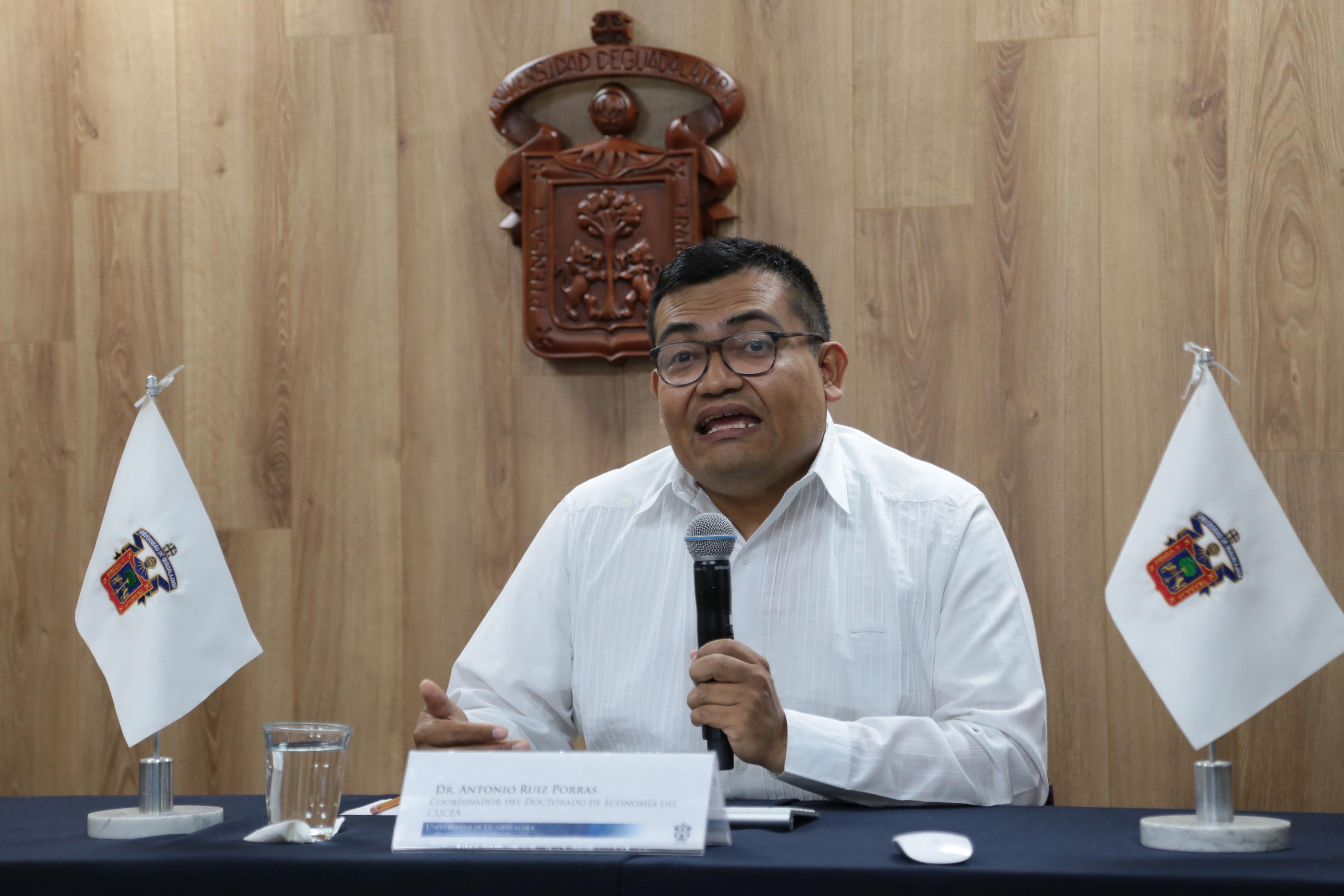 Coordinador del doctorado de Economía del Centro Universitario de Ciencias Económico Administrativas (CUCEA), de la Universidad de Guadalajara (UdeG), doctor Antonio Ruiz Porras participando en rueda de prensa