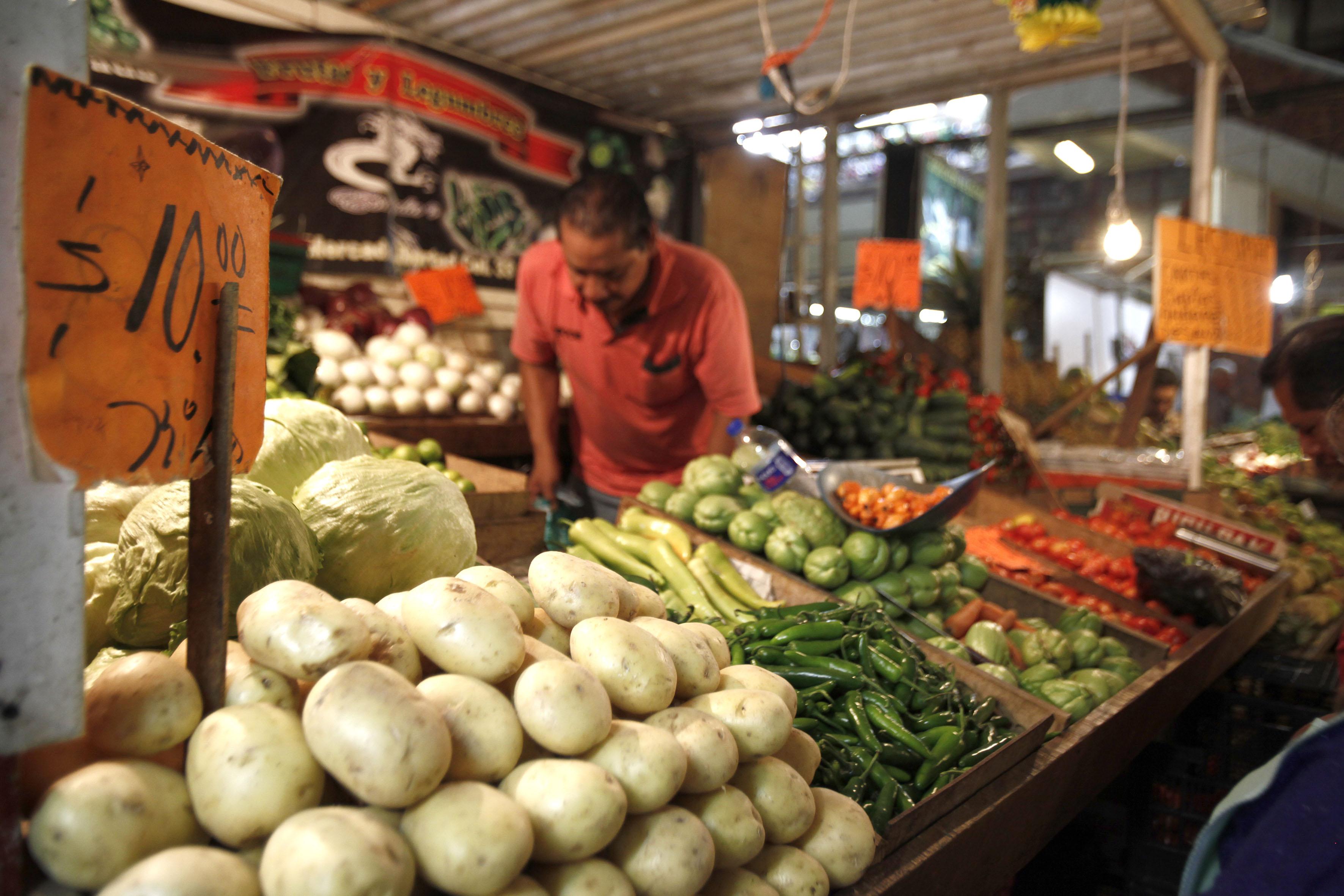 Frutas y verduras en un puesto de un mercado