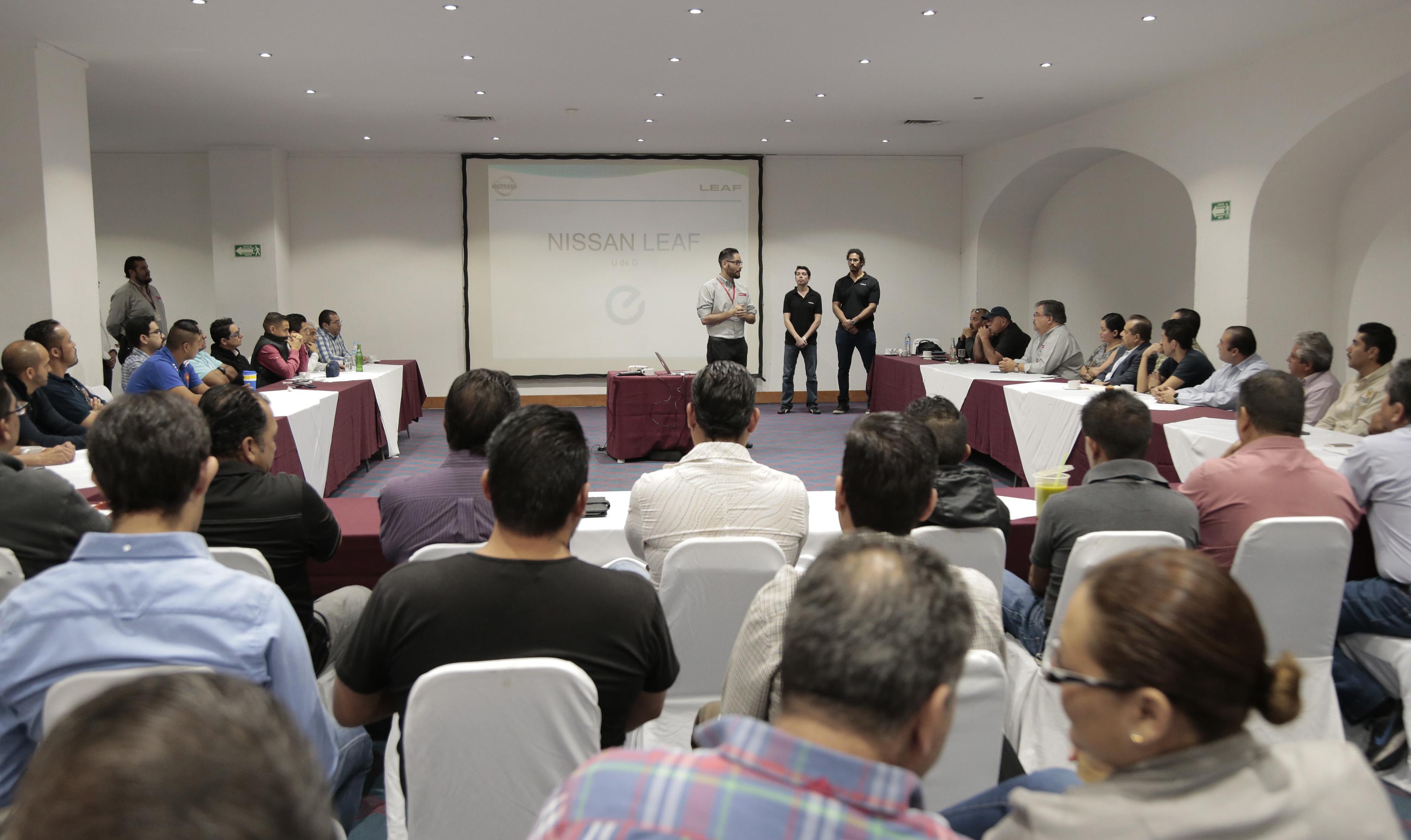 Personal de la empresa Nissan capacitando a choferes de la Universidad de Guadalajara que conducirán los vehículos eléctricos modelo Leaf.