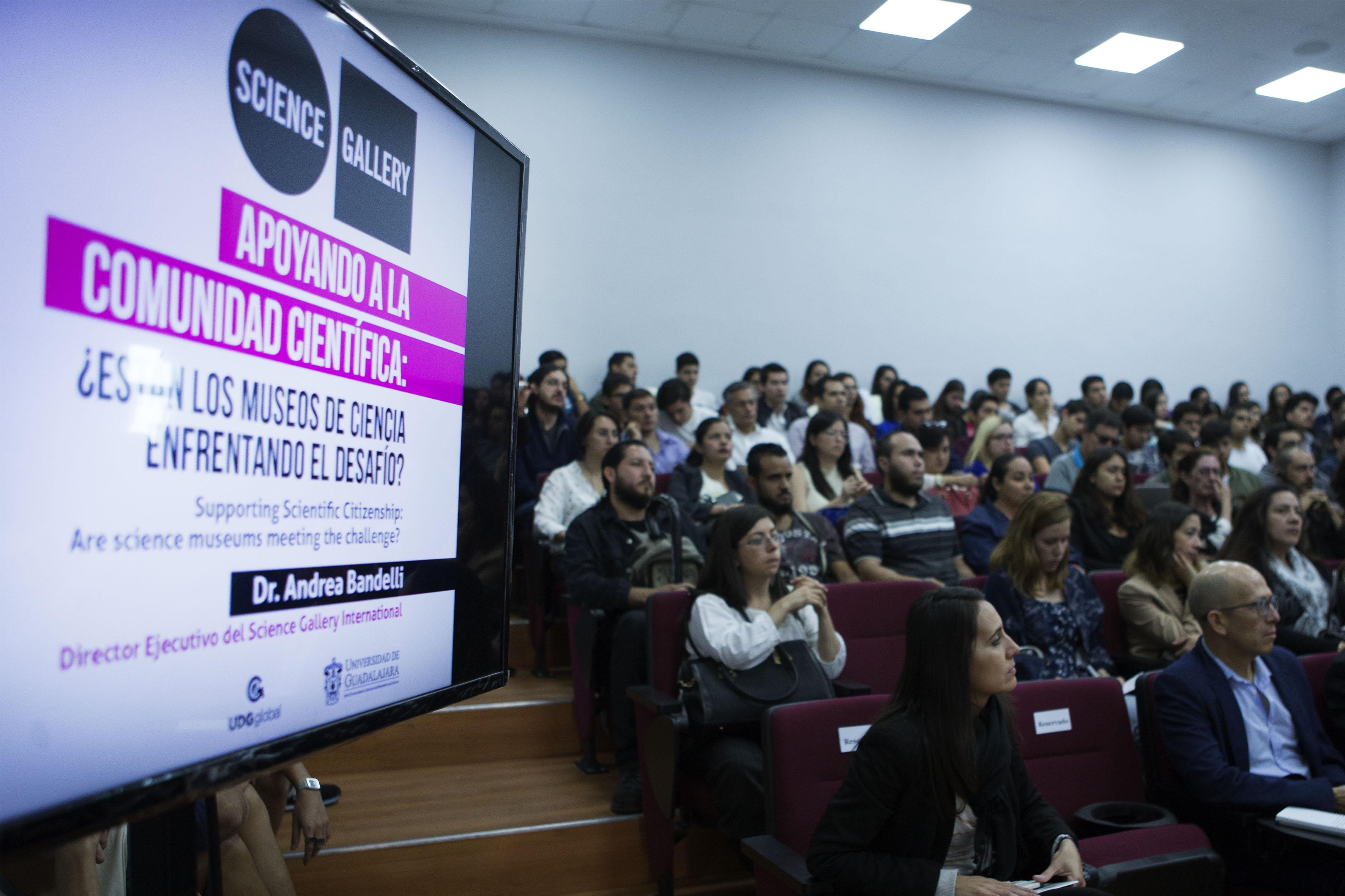Público asistente a la charla, realizada en la Video Aula Gerald D. Gulotta, del Centro Universitario de Arte, Arquitectura y Diseño (CUAAD).