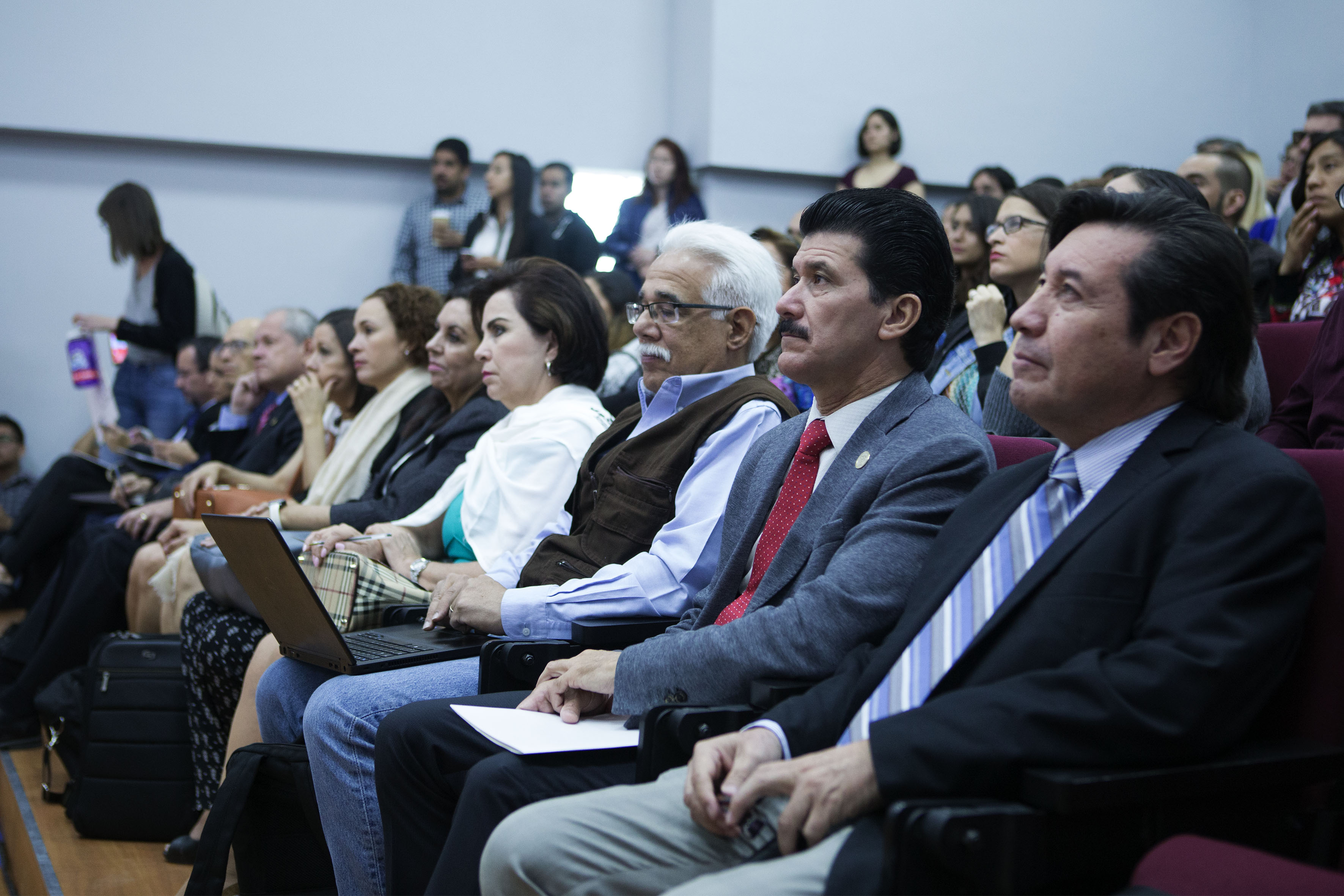 Rector del Centro Universitario de Arte, Arquitectura y Diseño (CUAAD), Maestro Ernesto Flores Gallo y autoridades del mismo centro universitario, asistentes a la charla.