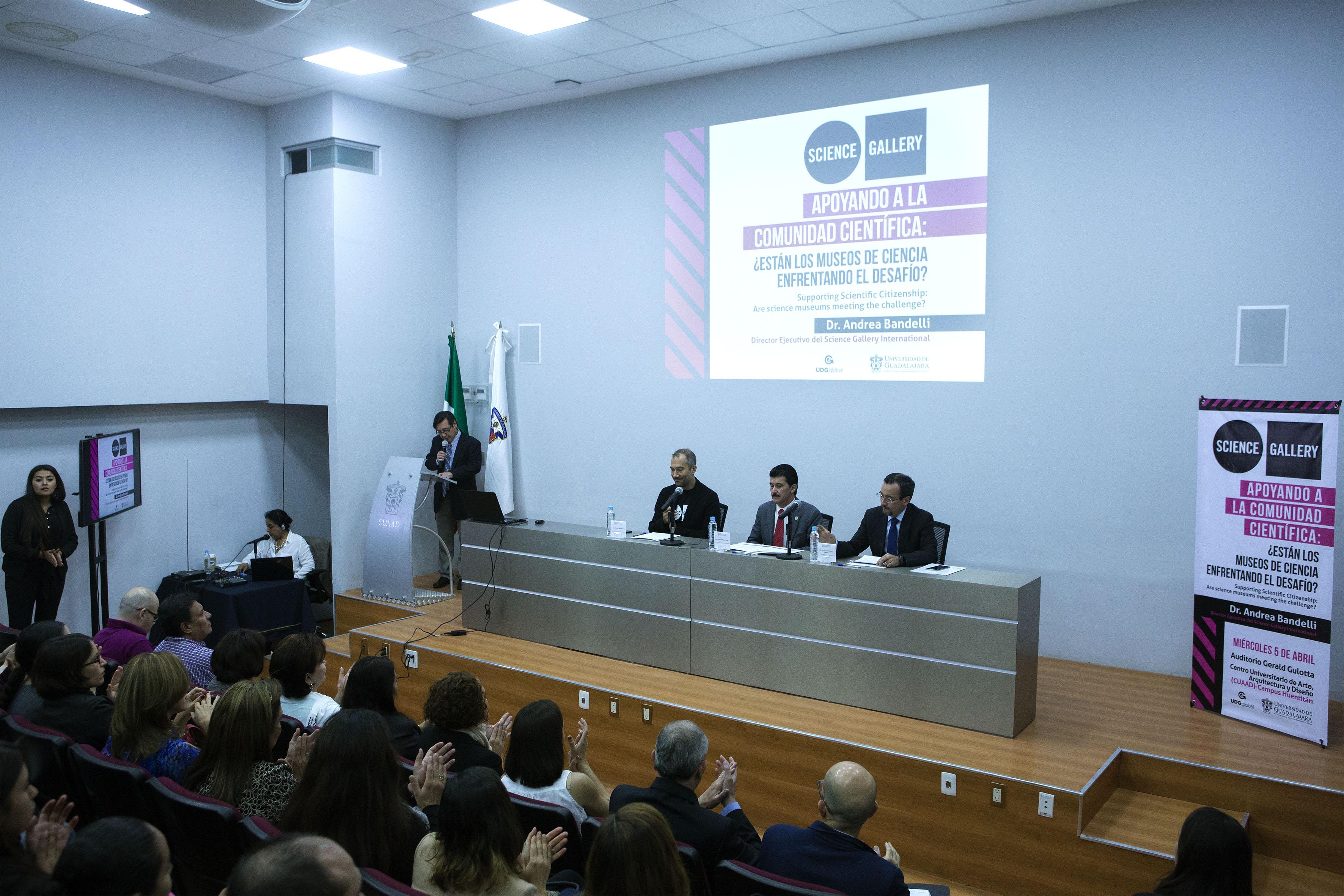 """Charla """"Apoyando a la ciudadanía científica:¿están los museos de ciencia enfrentando el desafío?"""", impartida por Andrea Bandelli, director ejecutivo de Science Gallery."""