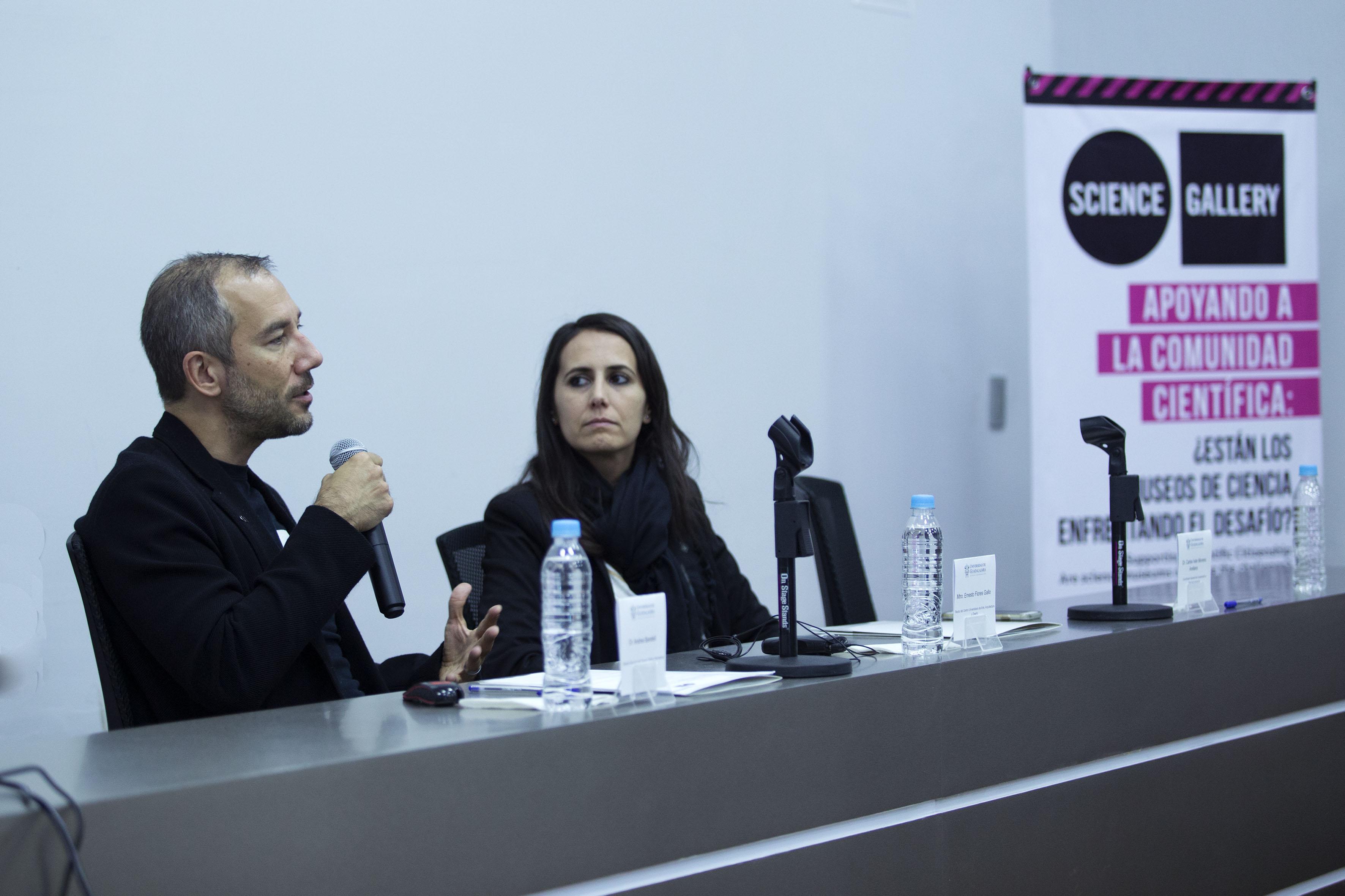 """Andrea Bandelli, director ejecutivo de Science Gallery, impartiendo la charla """"Apoyando a la ciudadanía científica: ¿están los museos de ciencia enfrentando el desafío?""""."""