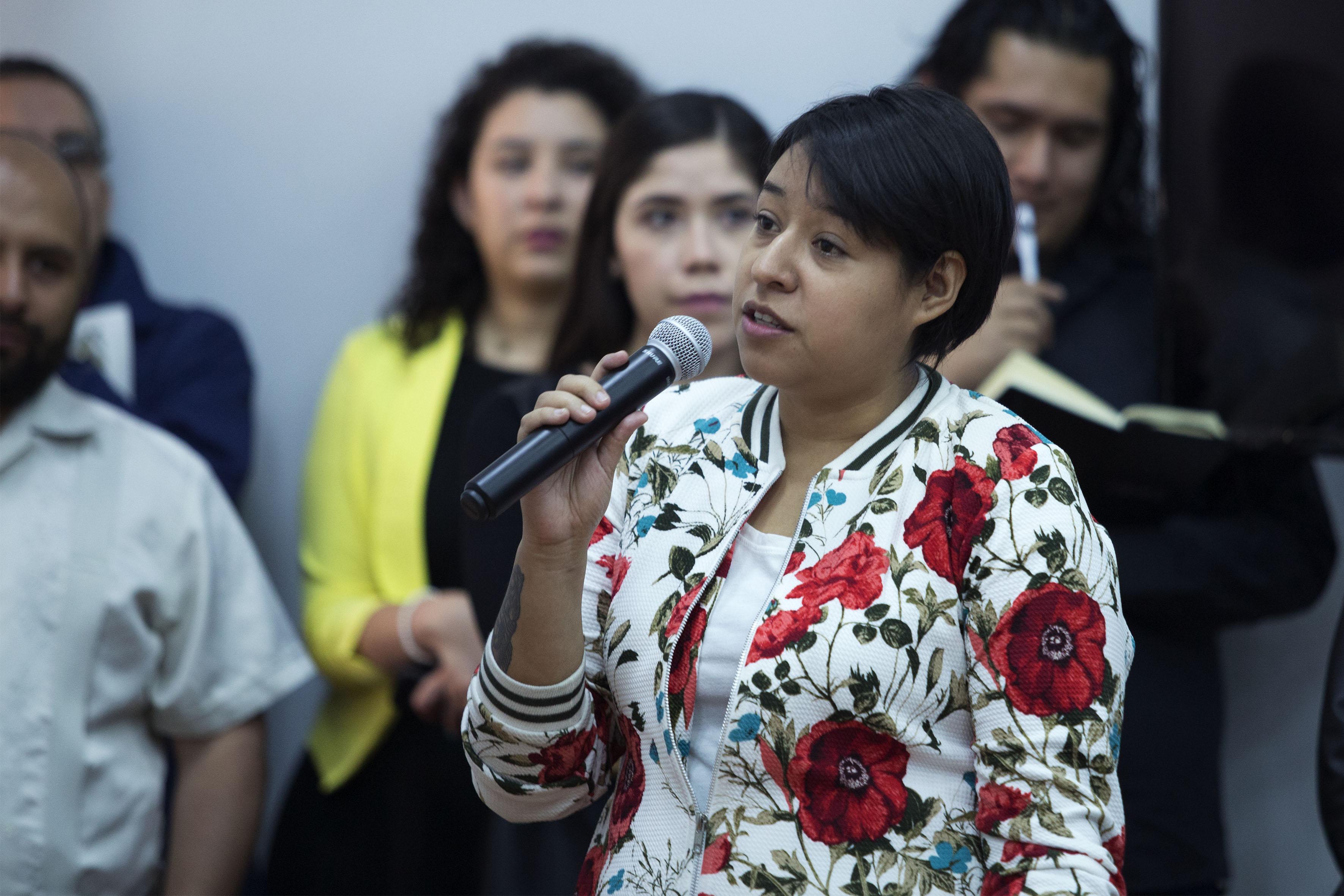 Alumna asistente a la charla, participando en la sesión de preguntas y respuestas.