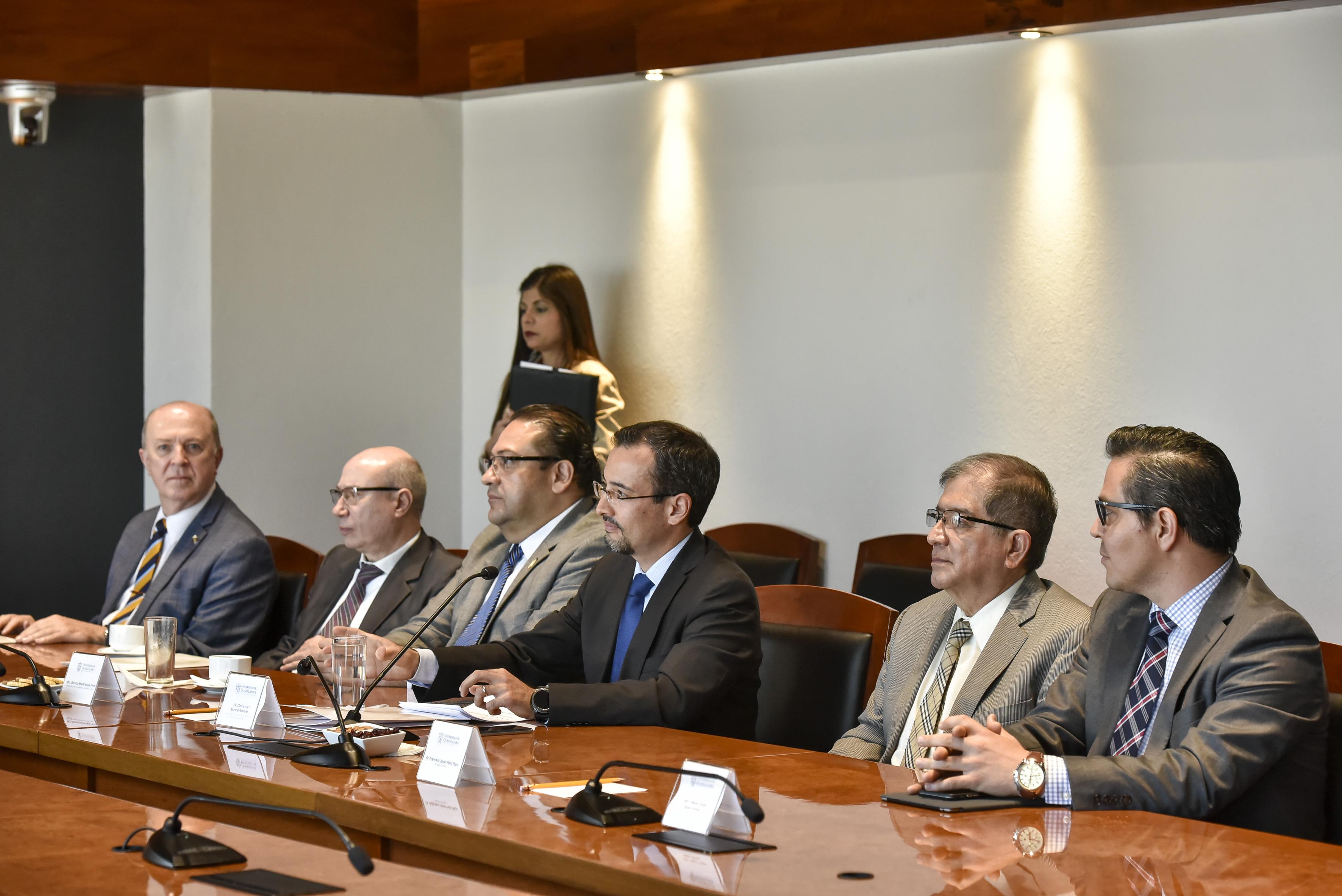Carlos Iván Moreno Arellano junto con abogado y otras personas  en sala de conferencias
