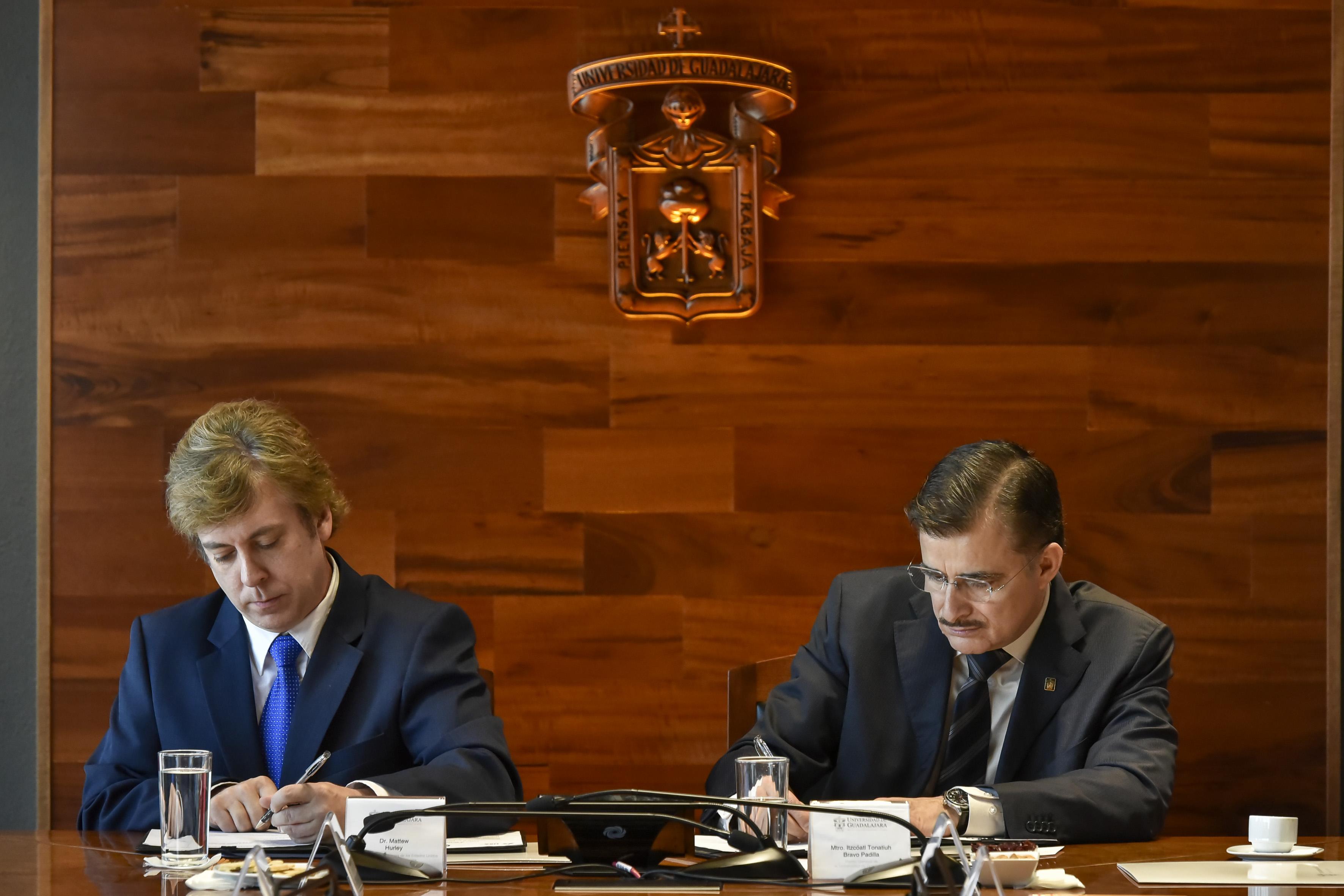 Matthew Hurley y  Rector General de la UdeG, maestro Itzcóatl Tonatiuh Bravo Padilla firmando convenios.