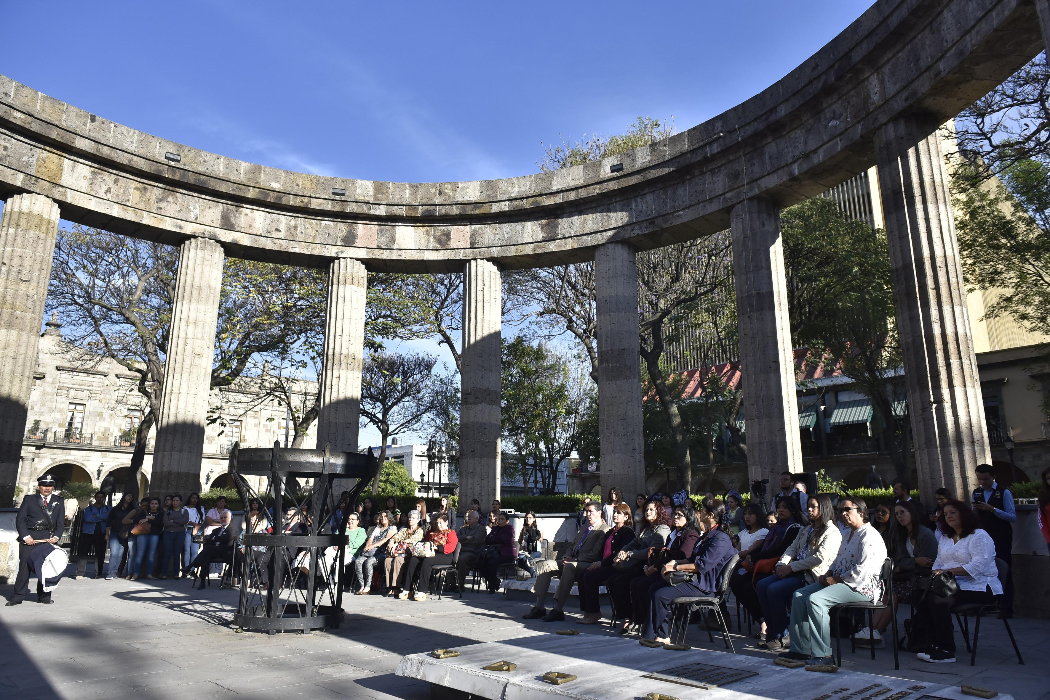 Autoridades universitarias, estudiantes y licenciados en Trabajo Social reunidos en la Rotonda de los Hombres Ilustres, en conmemoración del 137 aniversario del natalicio de Irene Robledo García.