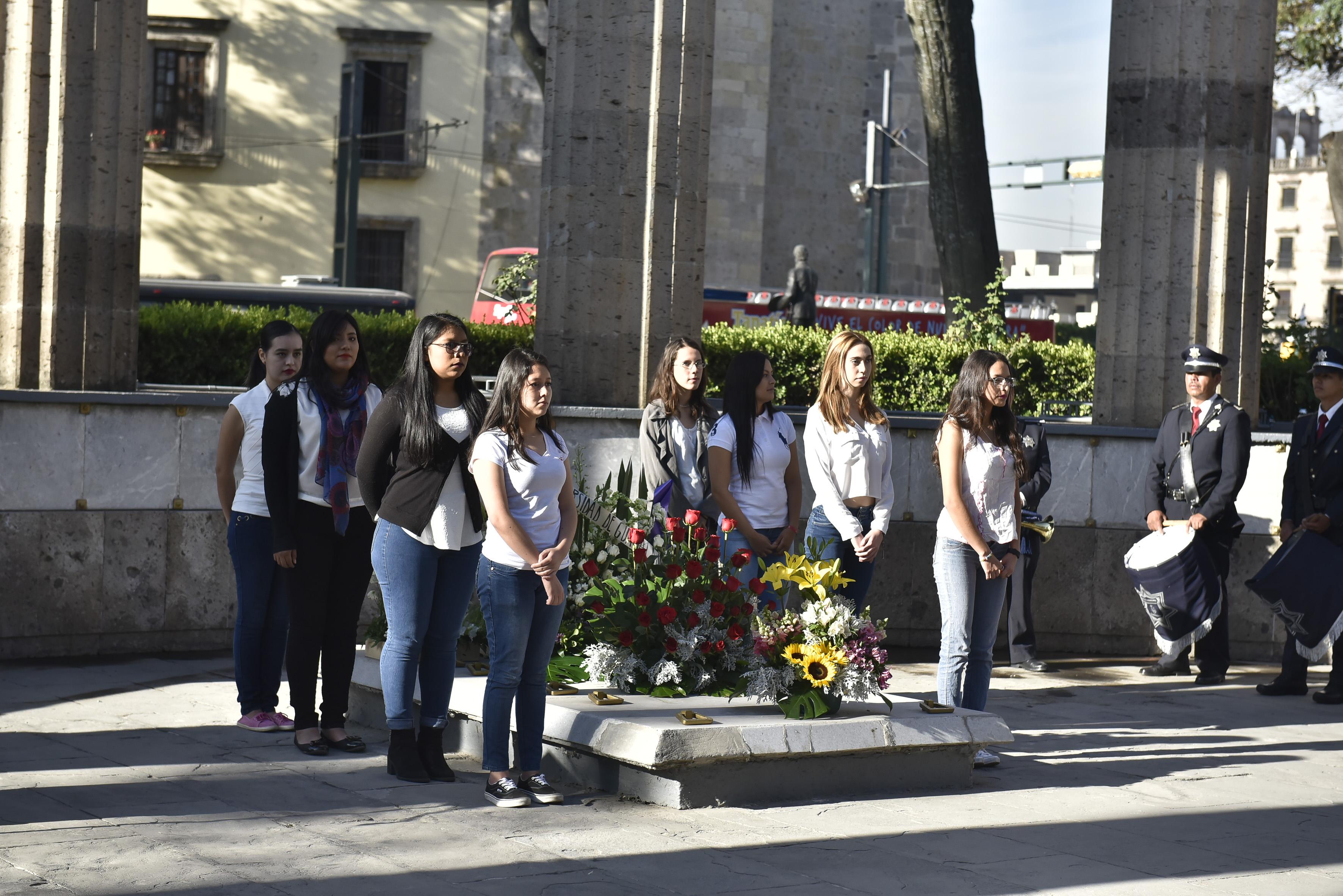 Estudiantes de Trabajo Social, haciendo guardia de honor.