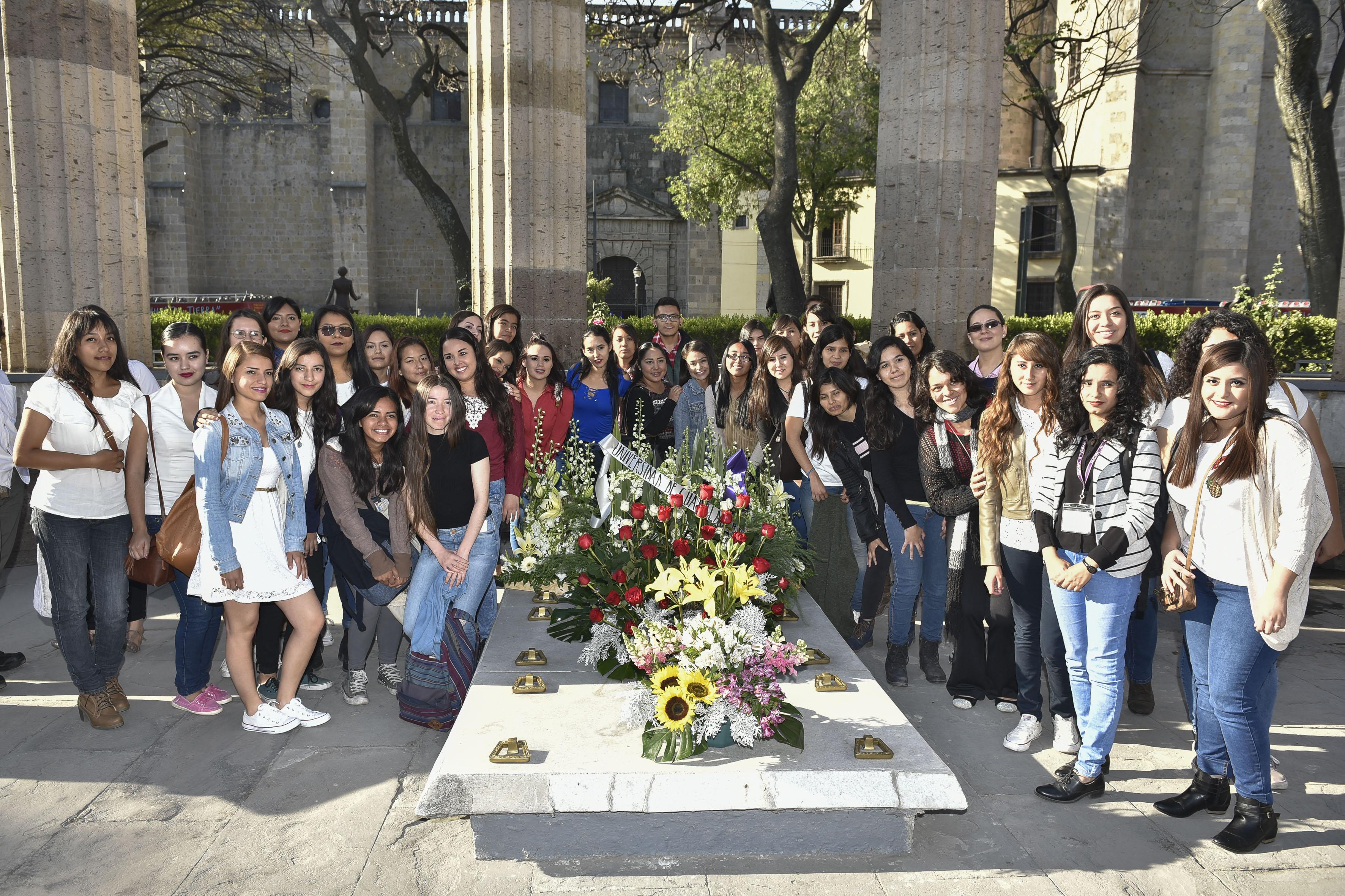 Estudiantes de Trabajo Social, alrededor de la tumba de la educadora y humanista jalisciense Irene Robledo García.