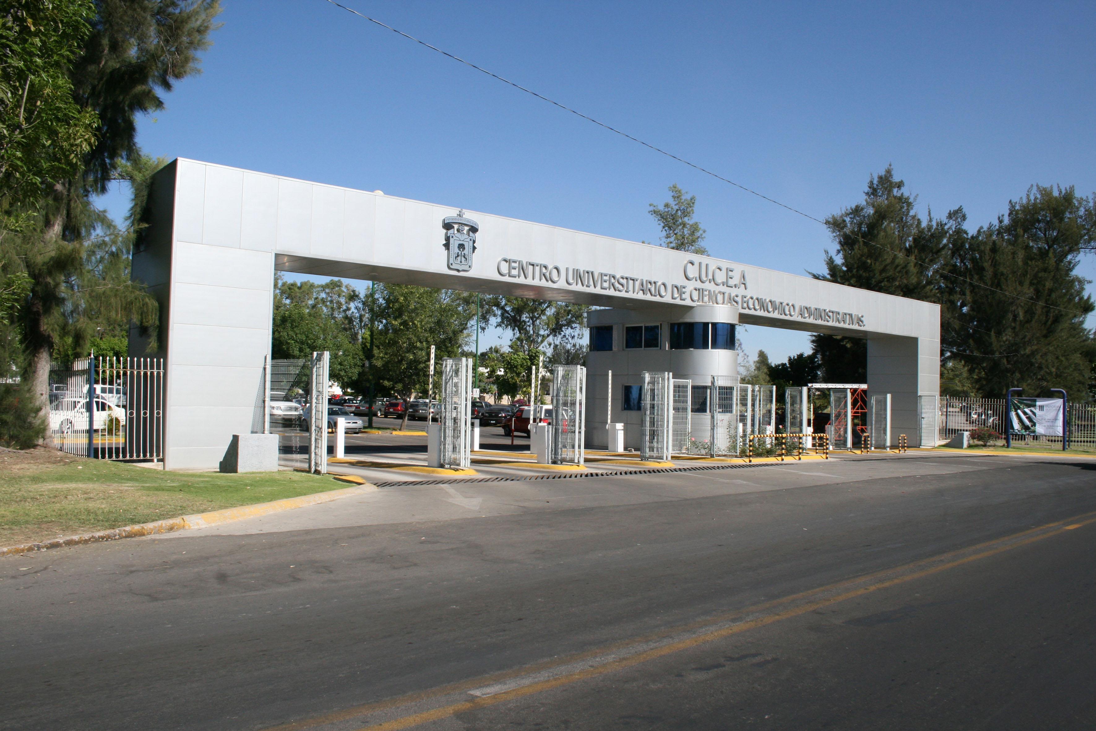 Entrada principal al estacionamiento del Centro Universitario de Ciencias Económico Administrativas.