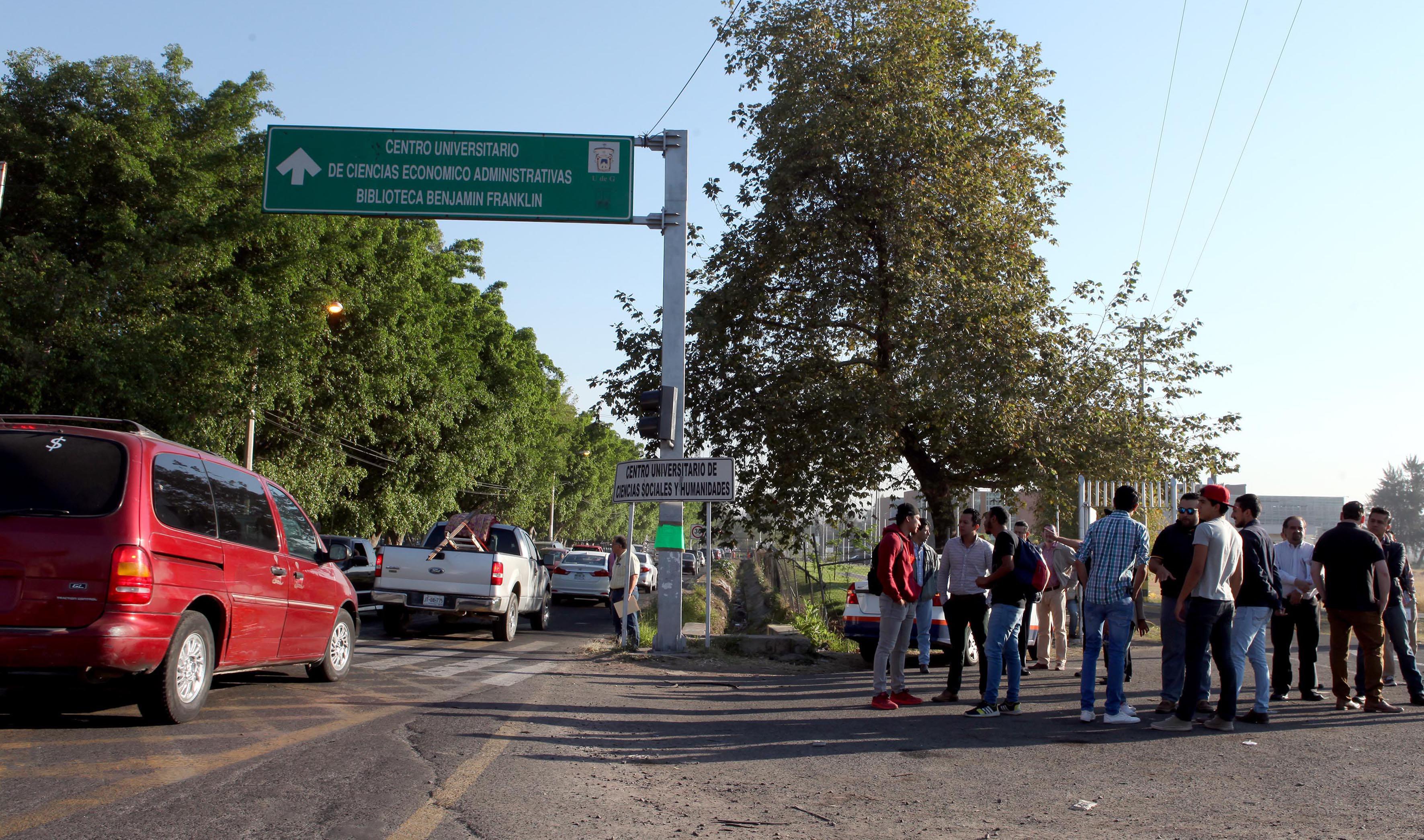 Vialidad de la calle Parres Arias, entre el CUCEA y la  la Sede Belenes del Centro Universitario de Ciencias Sociales y Humanidades.