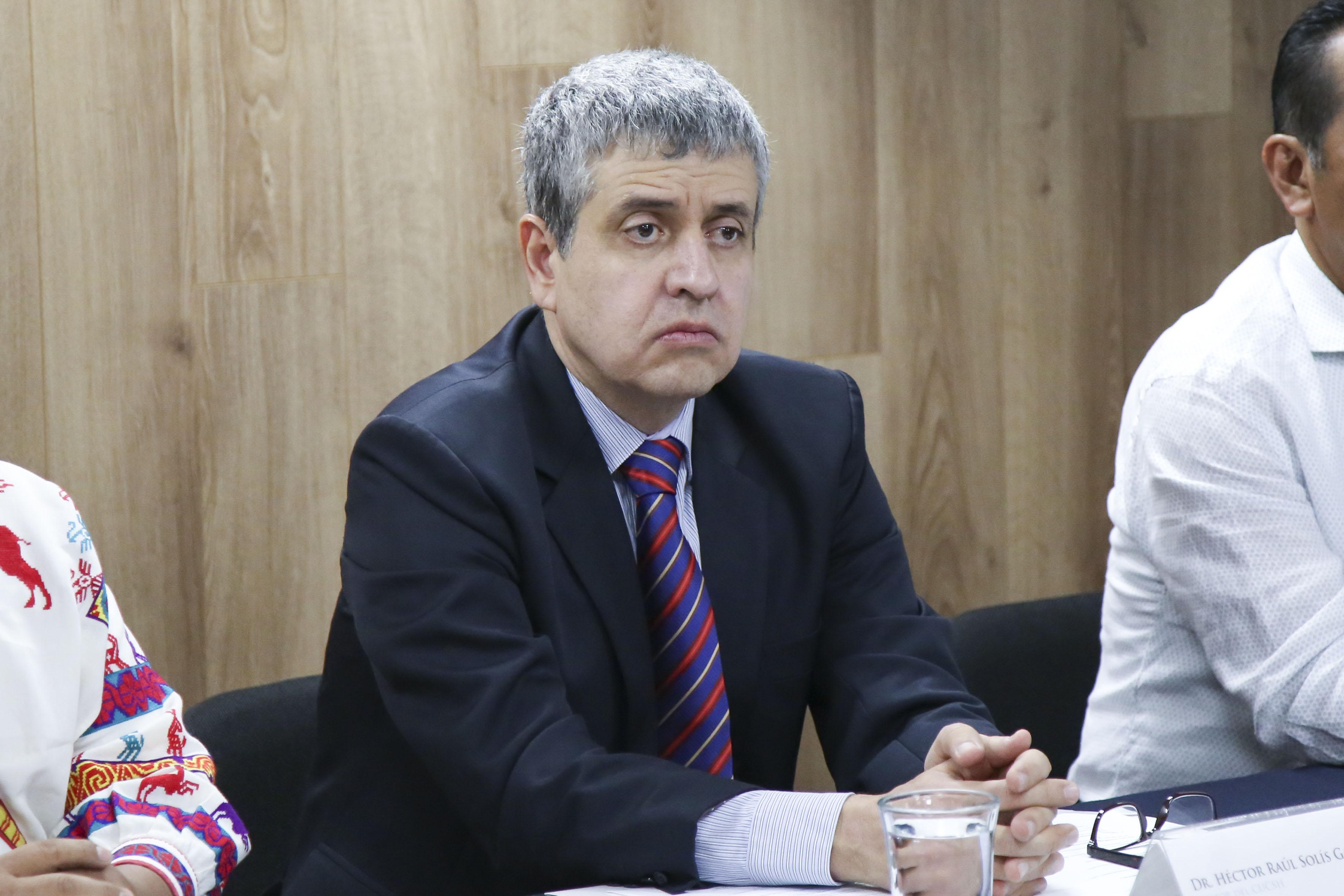 Rector del Centro Universitario de Ciencias Sociales y Humanidades (CUCSH), doctor Héctor Raúl Solís Gadea participando en rueda de prensa