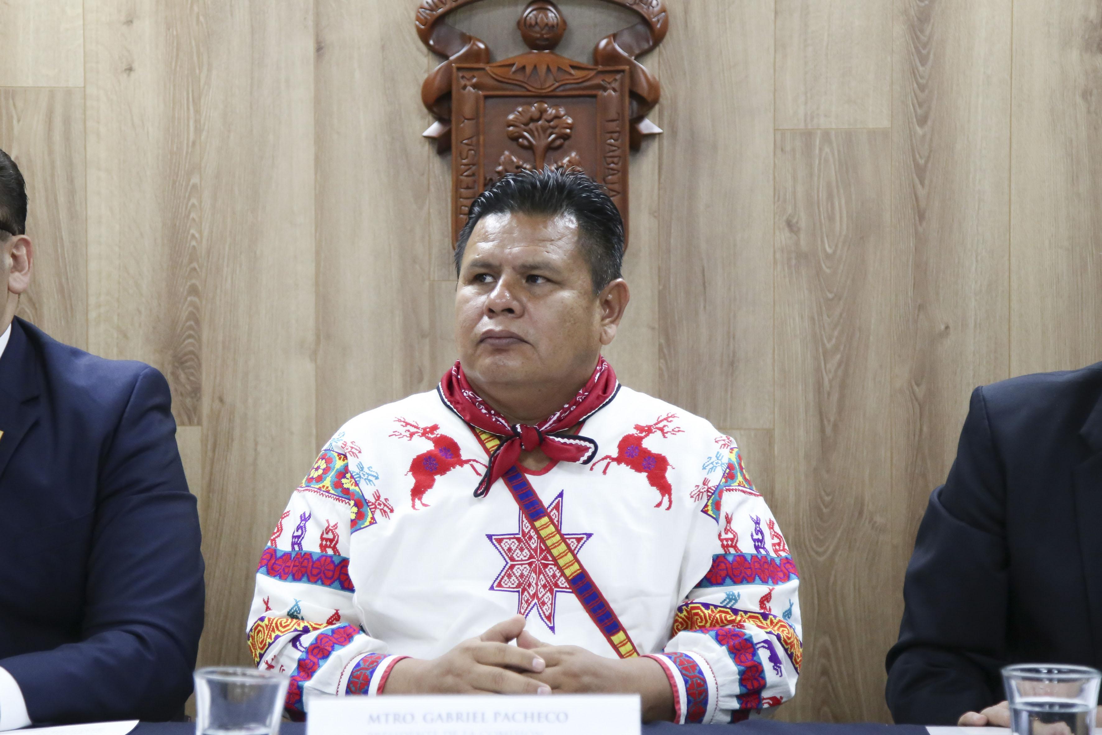 Presidente de la comisión interinstitucional del PLIA, maestro Gabriel Pacheco Salvador haciendo uso de la palabra en rueda de prensa