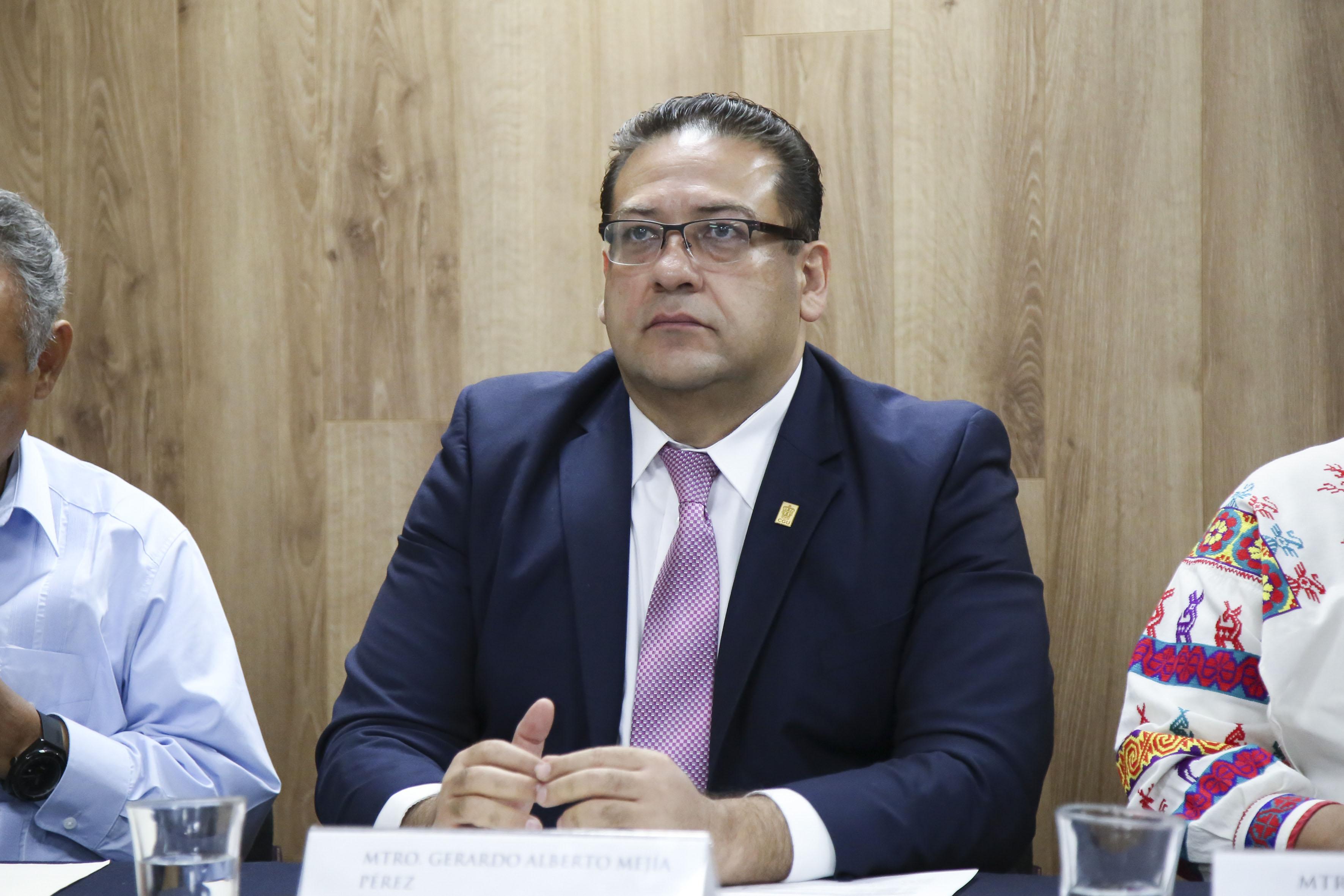 Rector del Centro Universitario del Norte (CUNorte), maestro Gerardo Alberto Mejía Pérez participando en rueda de prensa
