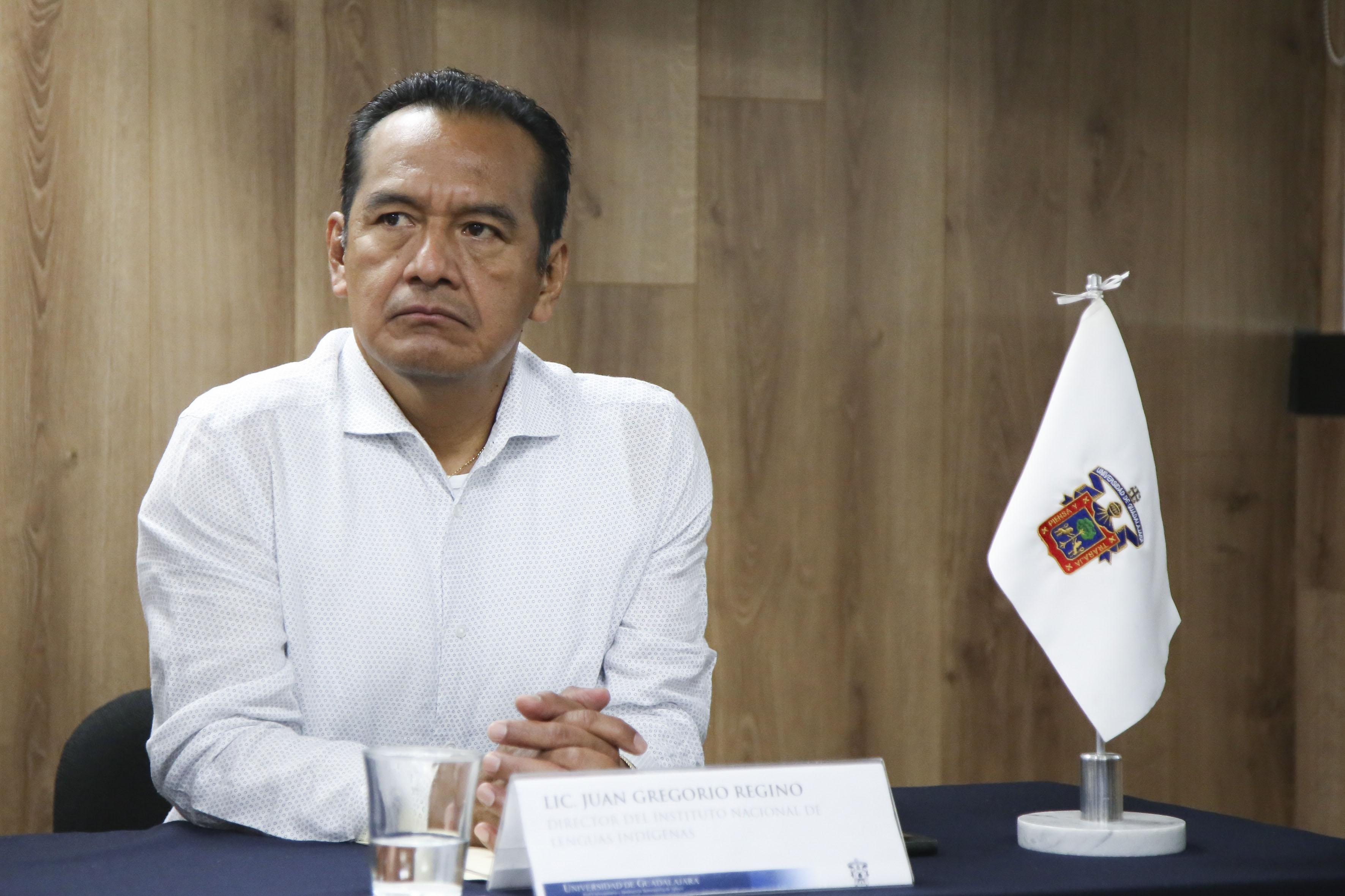 Lic. Juan Gregorio Regino participando en rueda de prensa