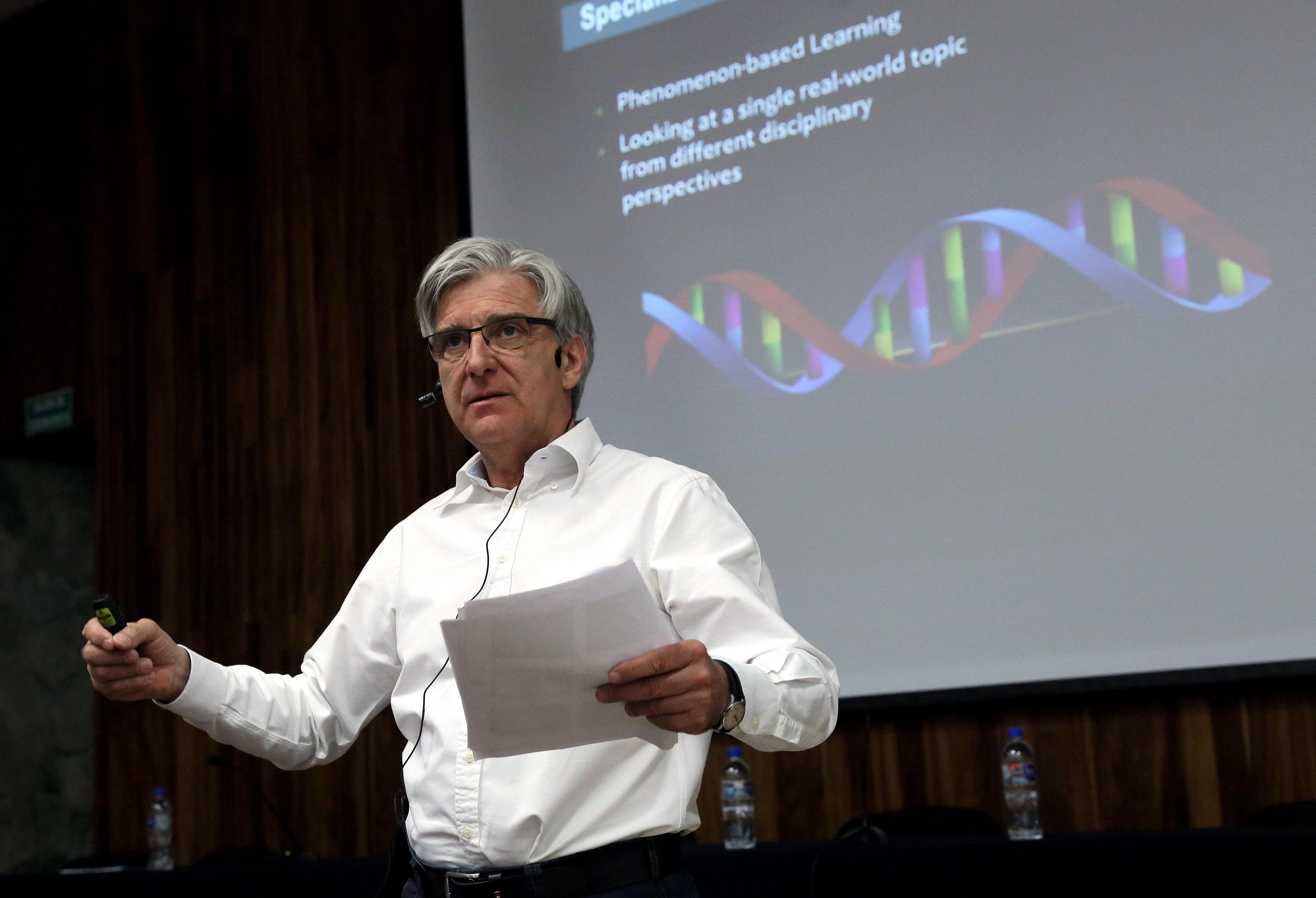 """El doctor David Marsh, profesor de la Universidad de Jyväskylä, en Finlandia; dictando su conferencia  """"Shaping tomorrow: new horizons in English language teaching""""."""
