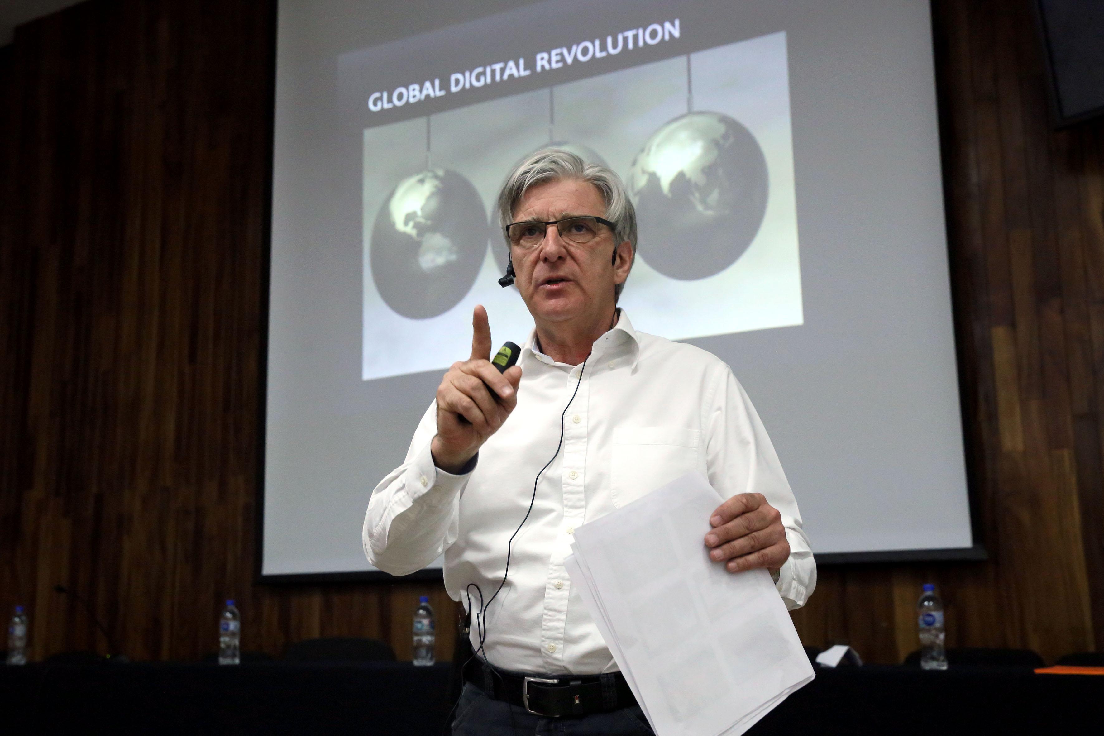 El doctor David Marsh, profesor de la Universidad de Jyväskylä, haciendo uso de la palabra.