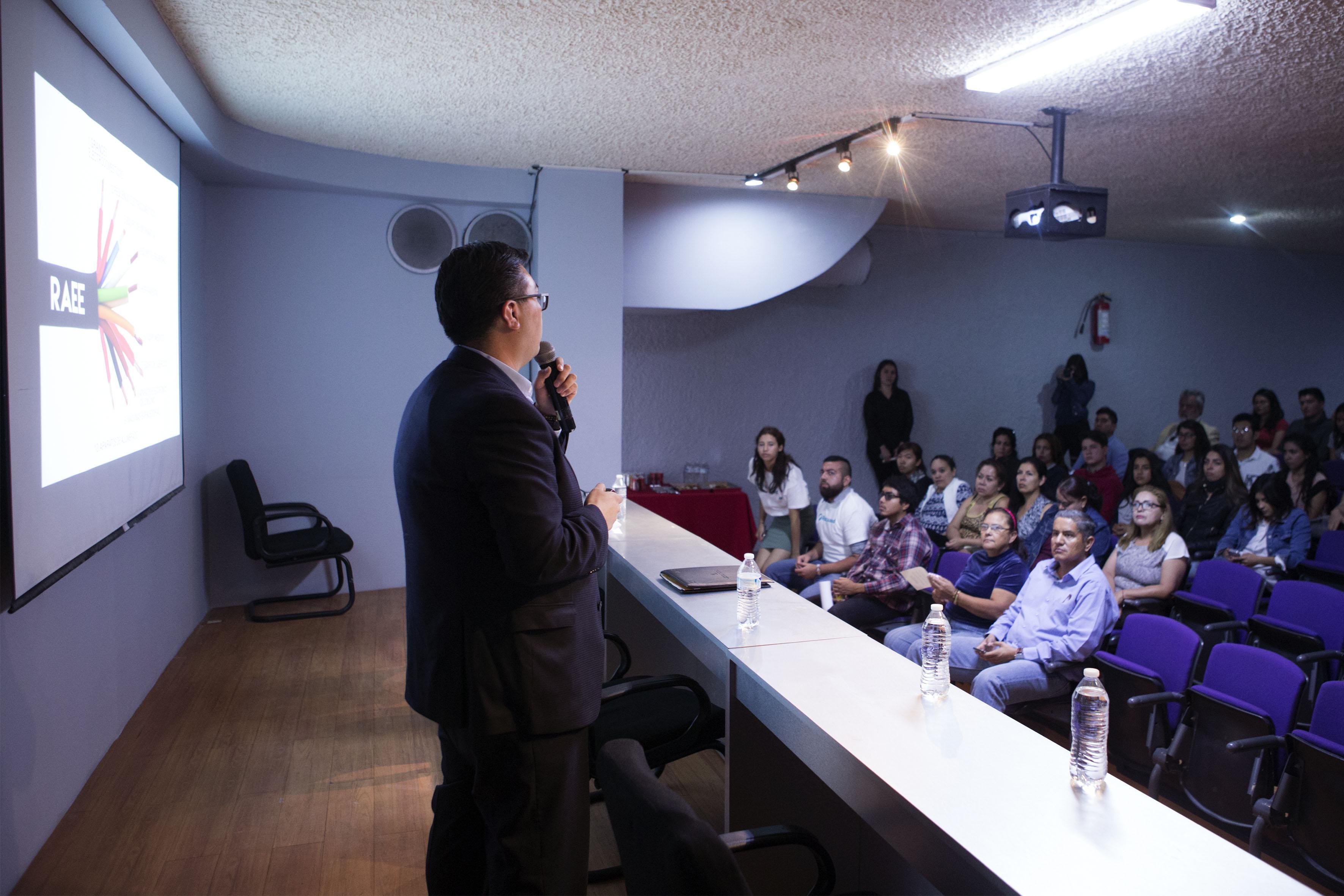 Doctor Luis Antonio García Villanueva, impartiendo conferencia, en el marco del ciclo de conferencias sobre medio ambiente y energía del programa Resicuaad.
