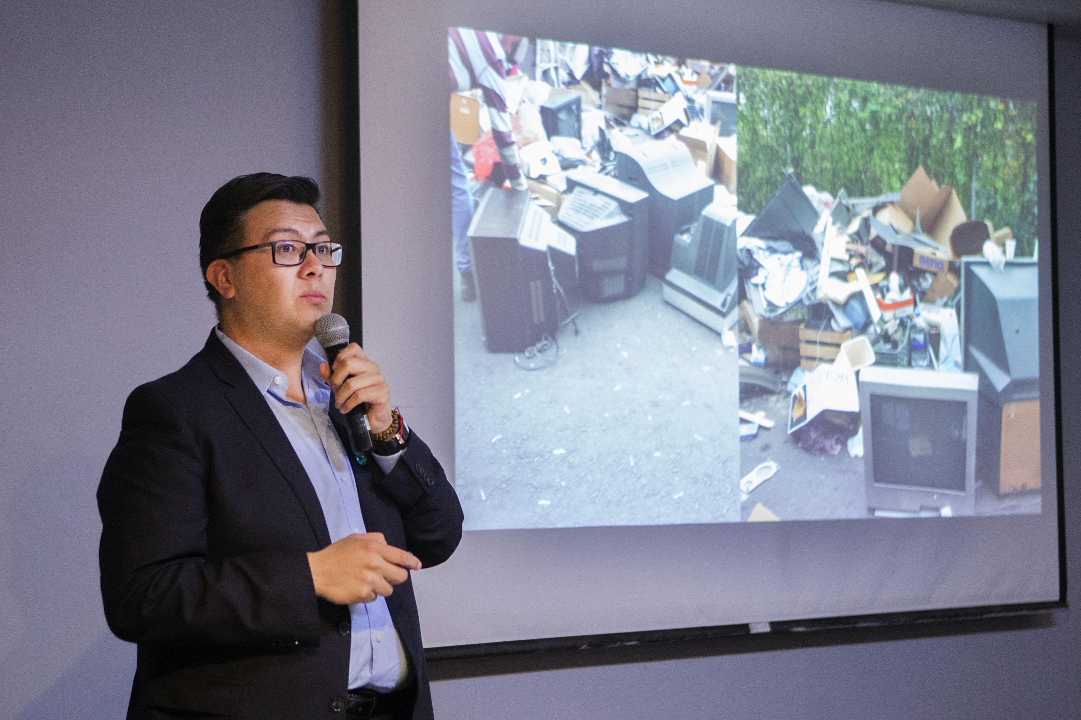 """Doctor Luis Antonio García Villanueva, académico del Departamento de Ingeniería Sanitaria y Ambiental de la UNAM, impartiendo la conferencia """"Situación de los residuos de aparatos eléctricos y electrónicos (RAEE) en México""""."""