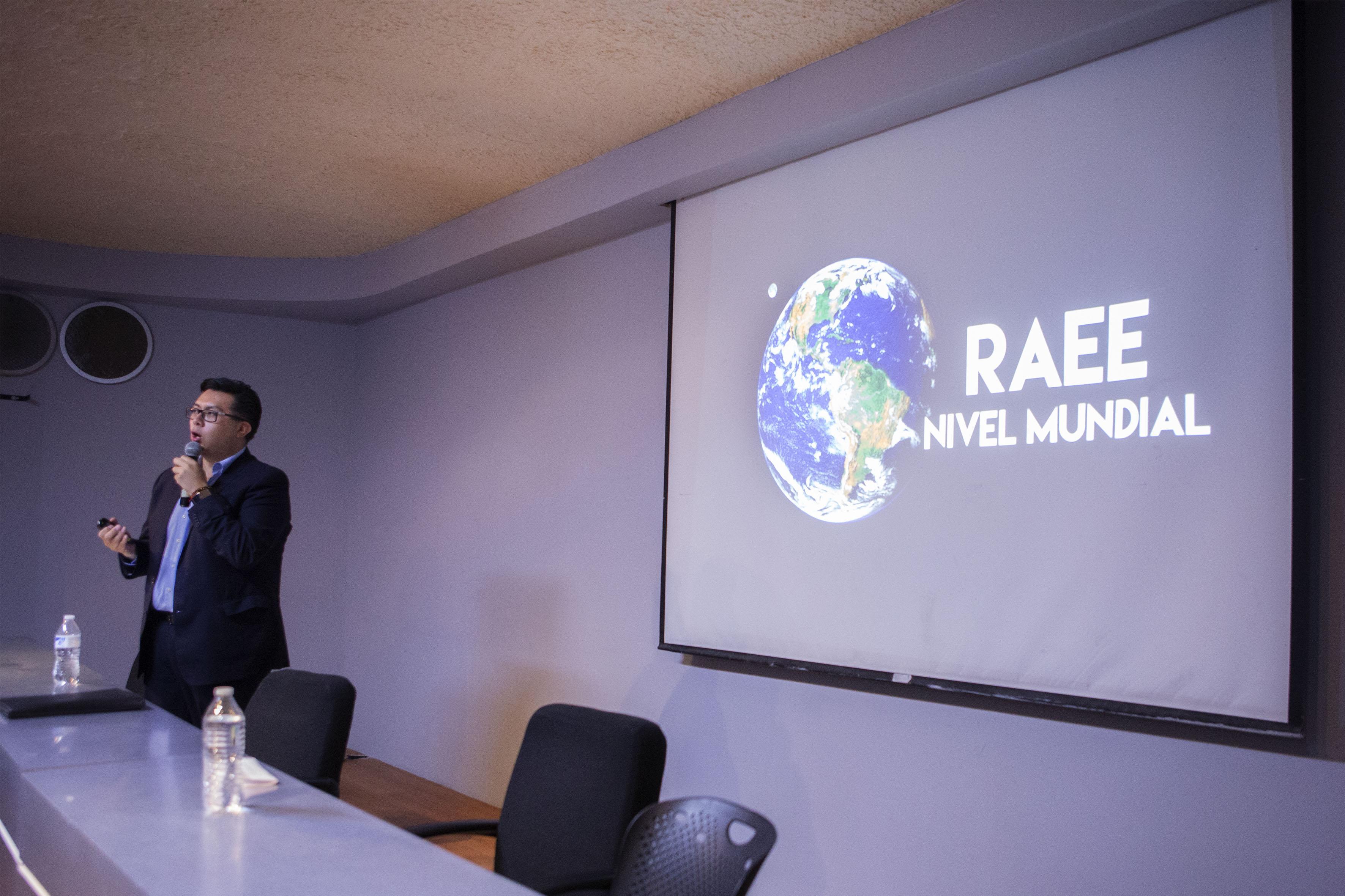 Doctor Luis Antonio García Villanueva, participando en el ciclo de conferencias sobre medio ambiente y energía del programa Resicuaad.