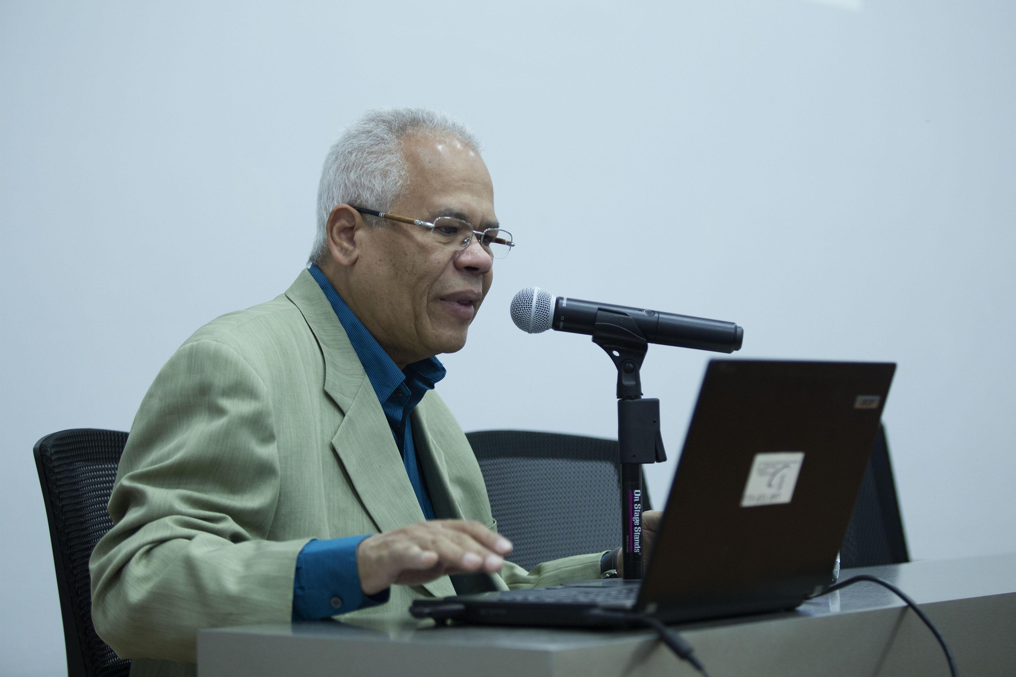 """Académico de la Universidad Federal de Pernambuco, en Brasil, doctor Marcelo Márcio Soares, impartiendo la charla """"Ergodiseño, usabilidad y tecnologías emergentes"""", a estudiantes de la maestría en Ergonomía."""