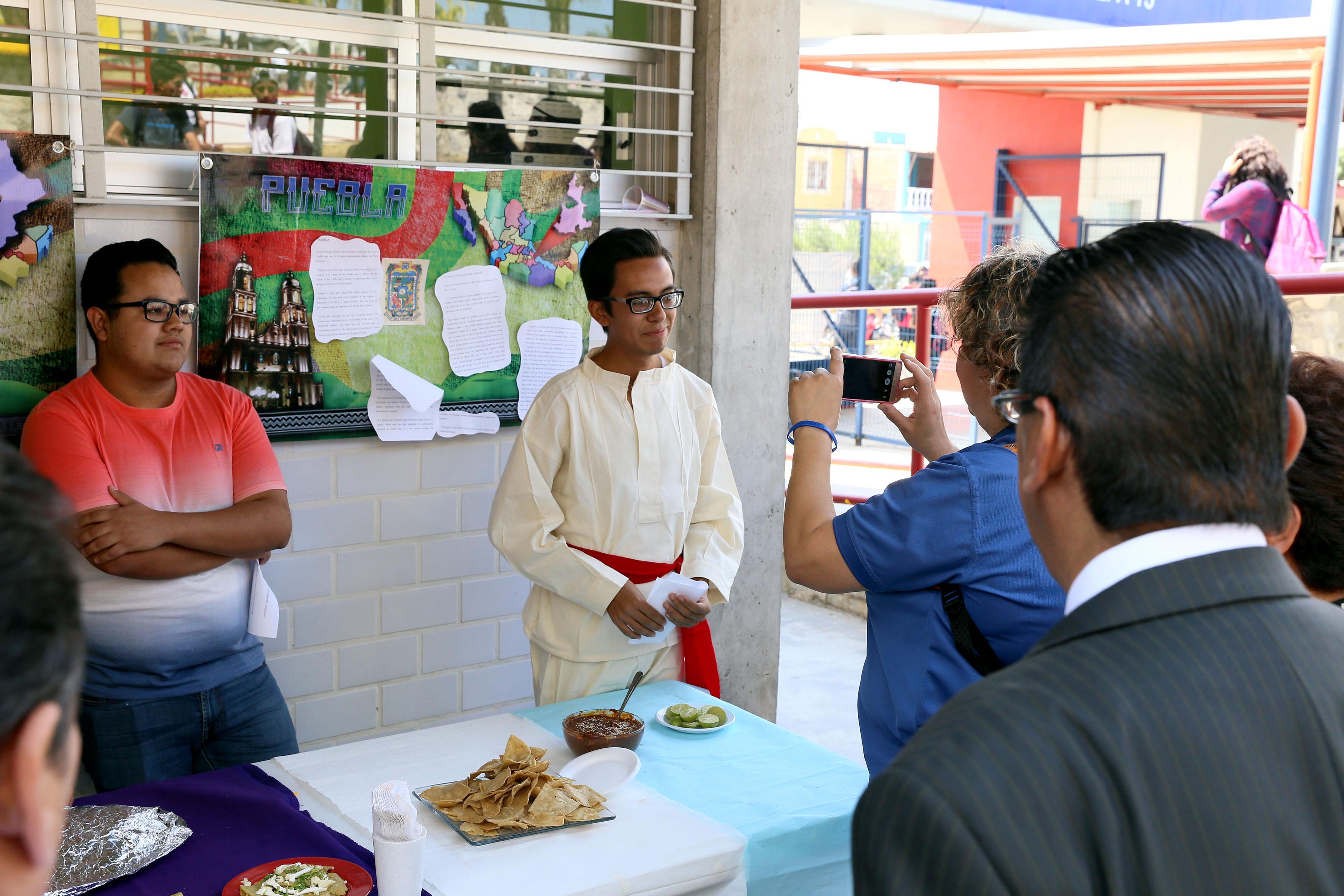 Alumnos haciendo muestra Gastronómica de Puebla.