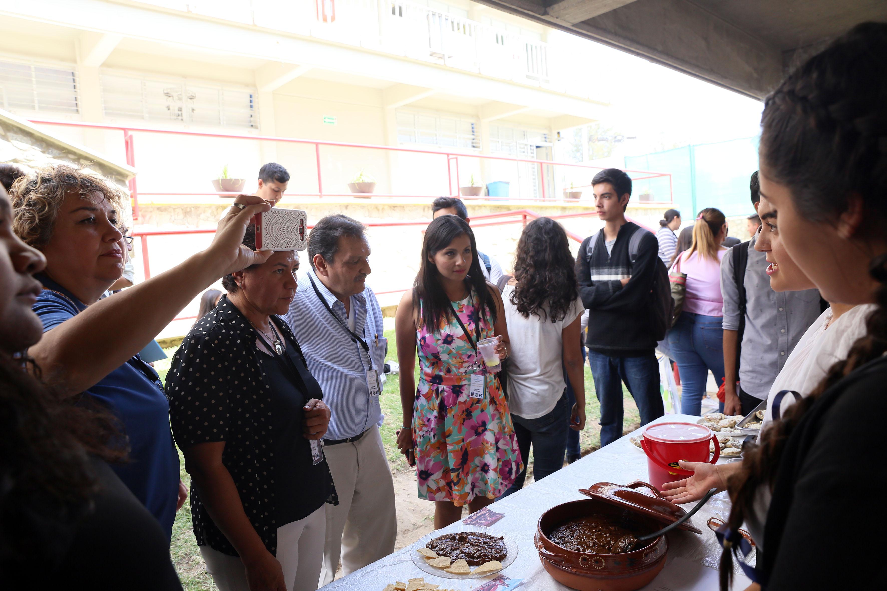 Alumnos presentando muestra gastronómica