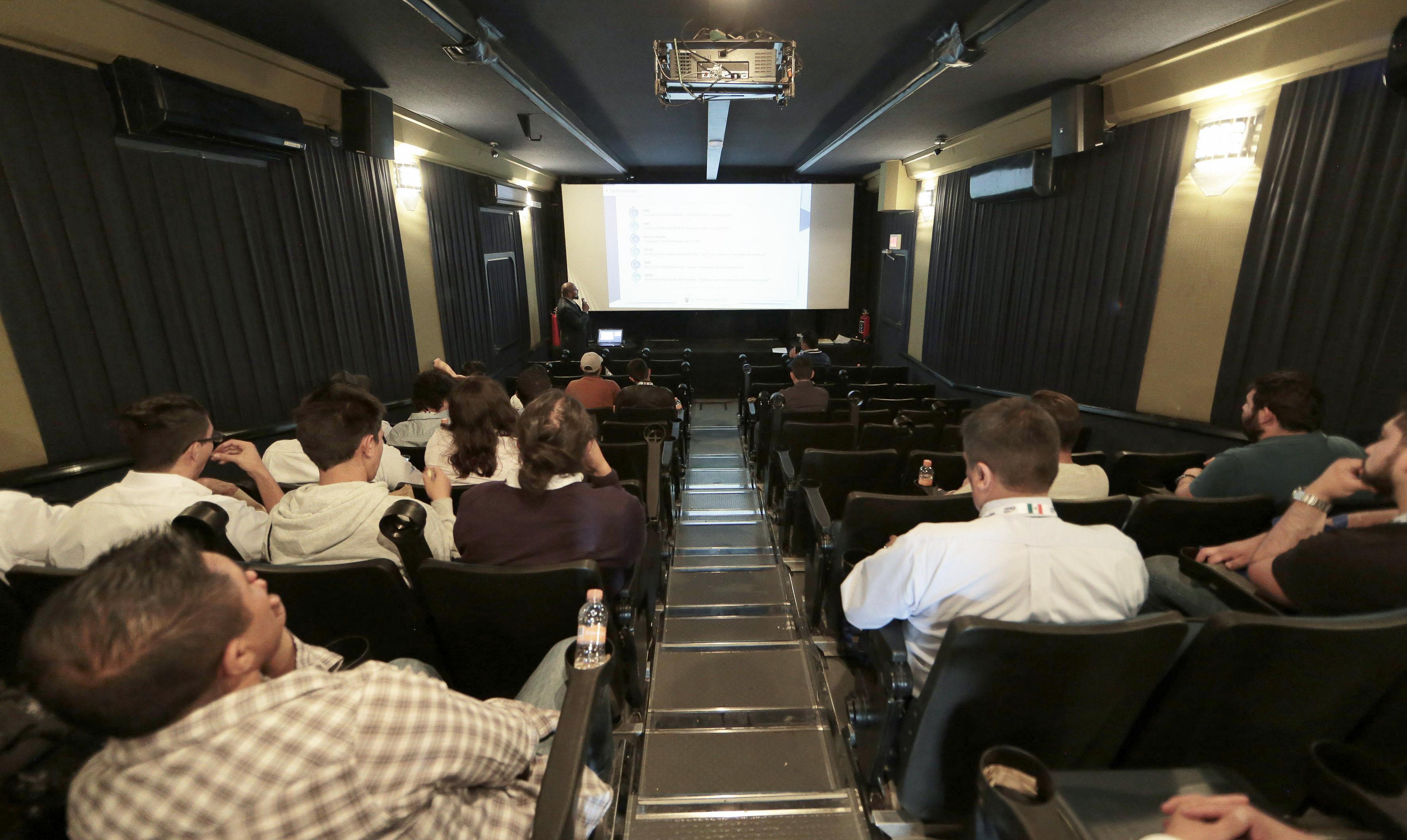 """Mtro. en Ciencias por la Universidad de Guadalajara, Roberto Carlos Barragán Campos, durante su conferencia """"Uso y aprovechamiento de las aeronaves controladas de forma remota: la realidad en México"""