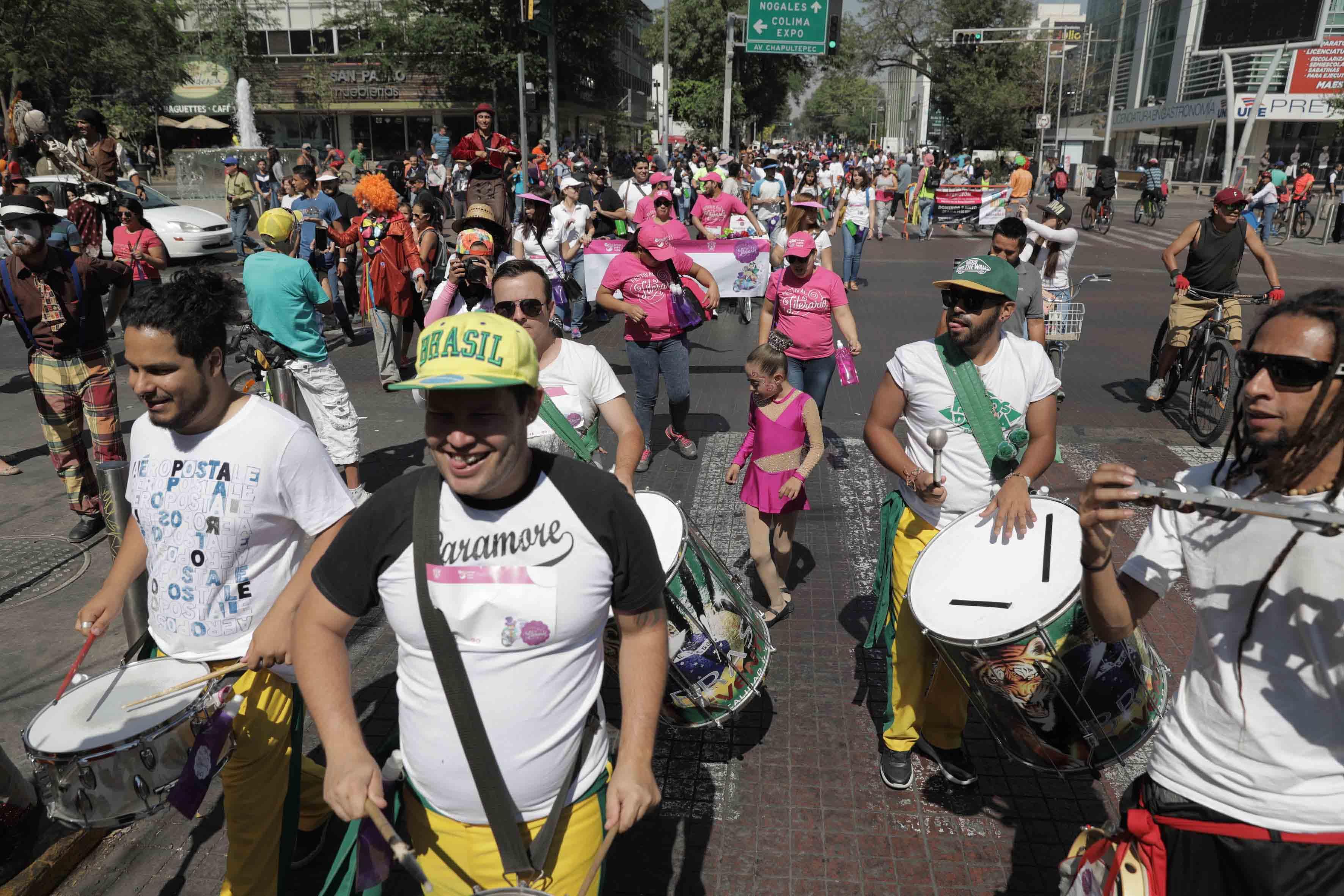 Participantes y asistentes al desfile del Primer Festival Literario, organizado por la Universidad de Guadalajara.