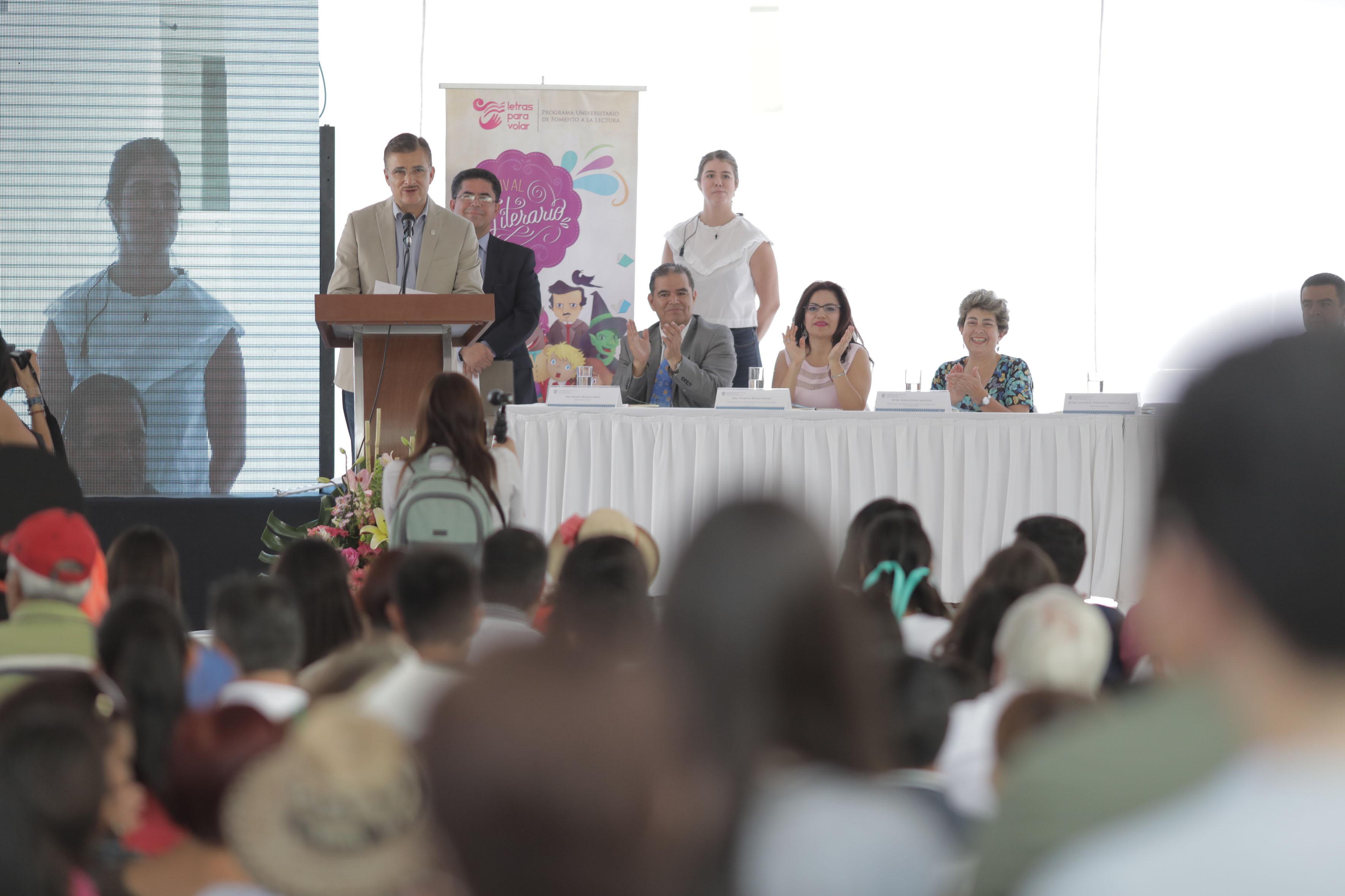 Maestro Itzcoátl Tonatiuh Bravo Padilla, Rector General de la Universidad de Guadalajara, haciendo uso de la palabra, desde el podio.