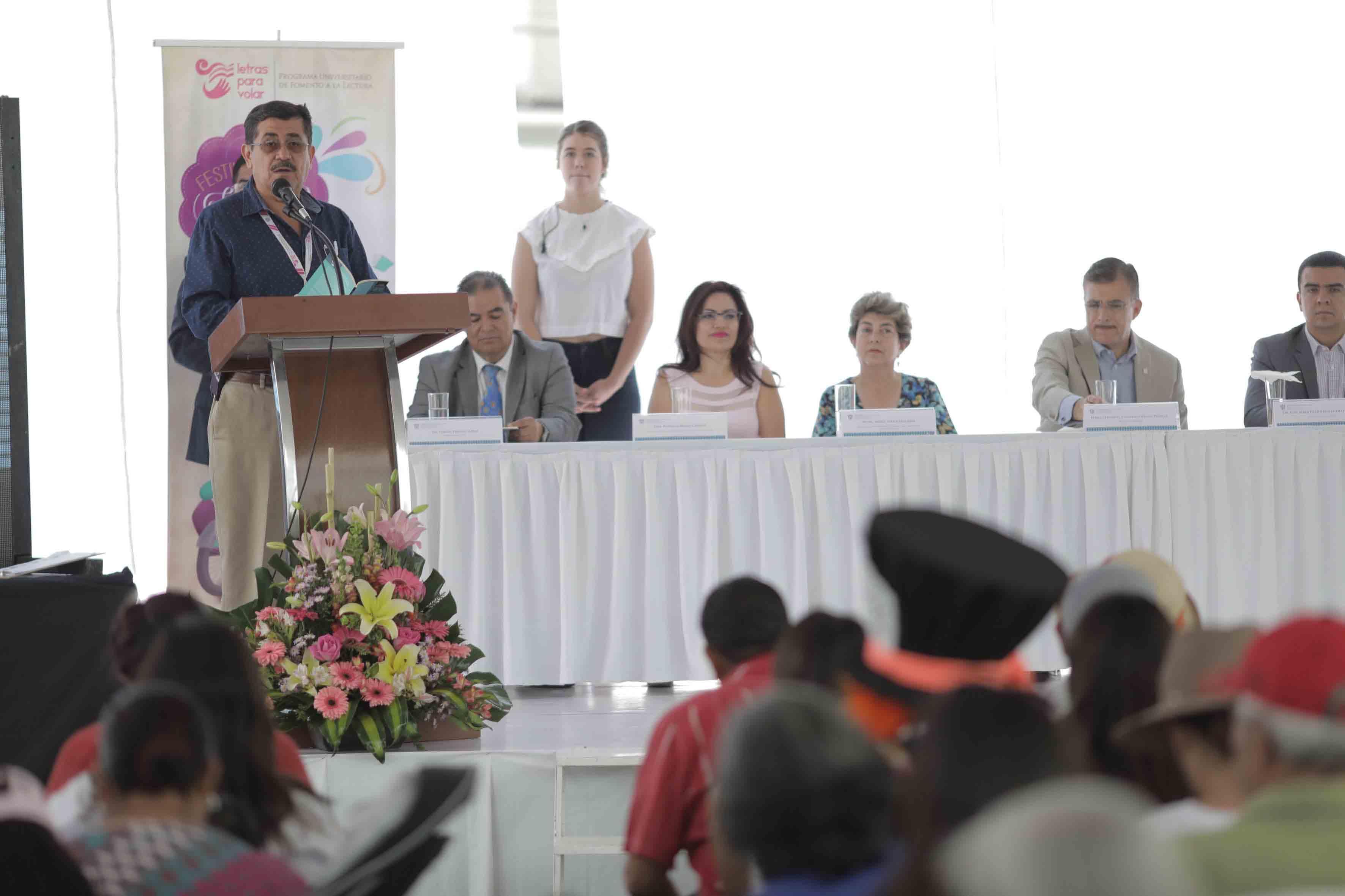 Maestro Alfredo Tomás Ortega, escritor y representante del jurado calificador, nombrando a los ganadores del concurso.